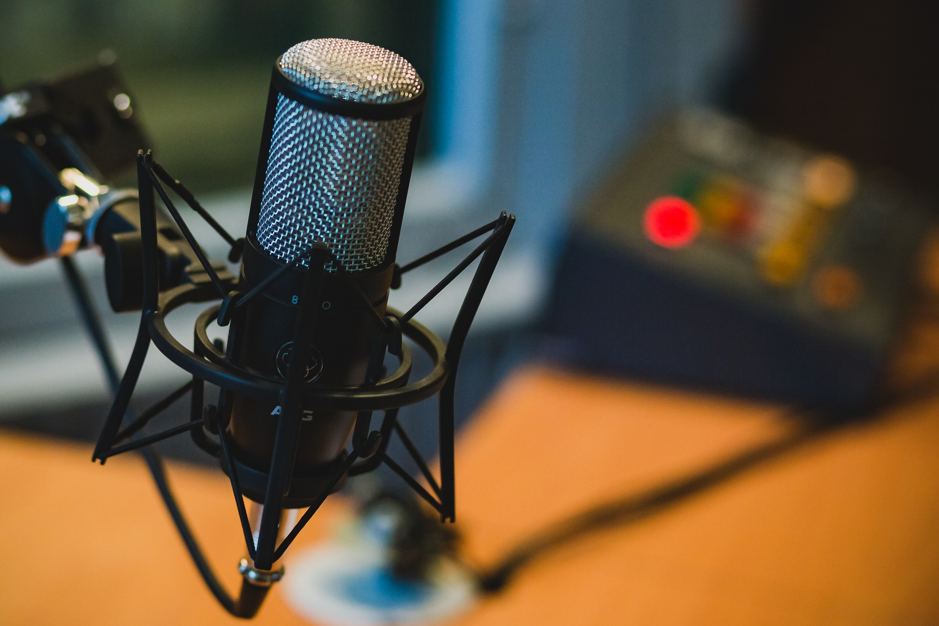 Imagem mostra um microfone suspenso em um suporte.