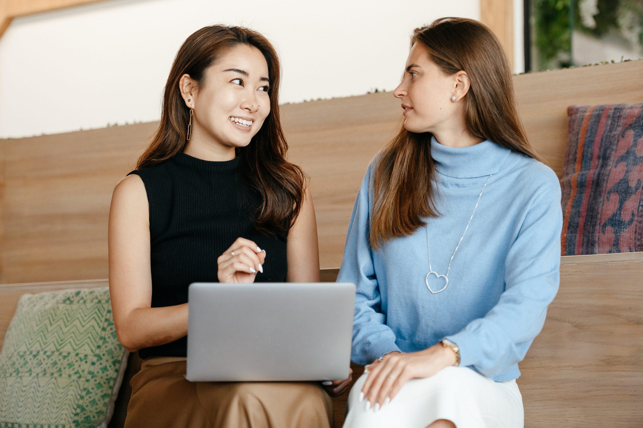 Imagem de duas mulheres conversando.