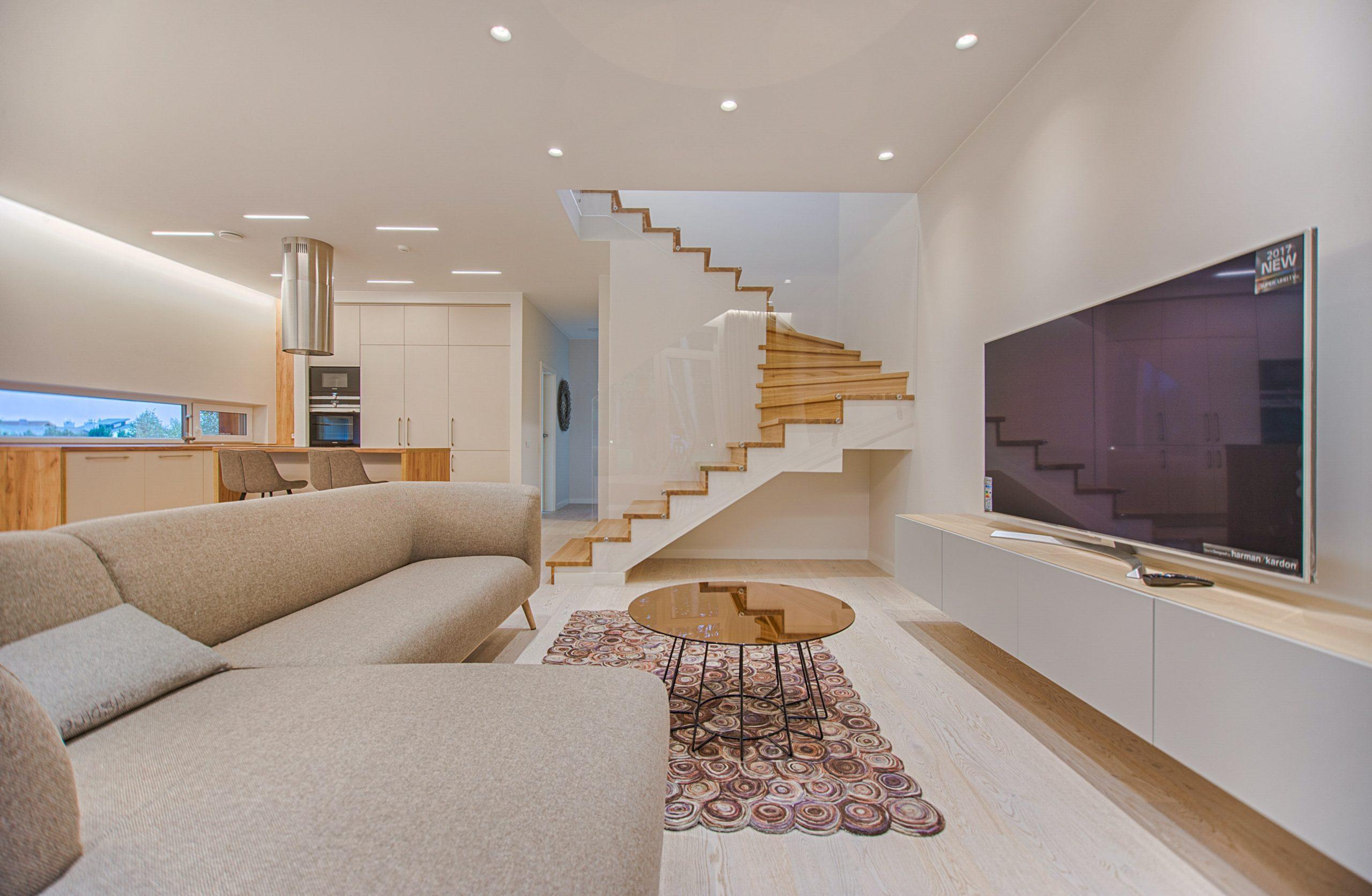 sala ampla e clara com uma TV 75 polegadas na estante