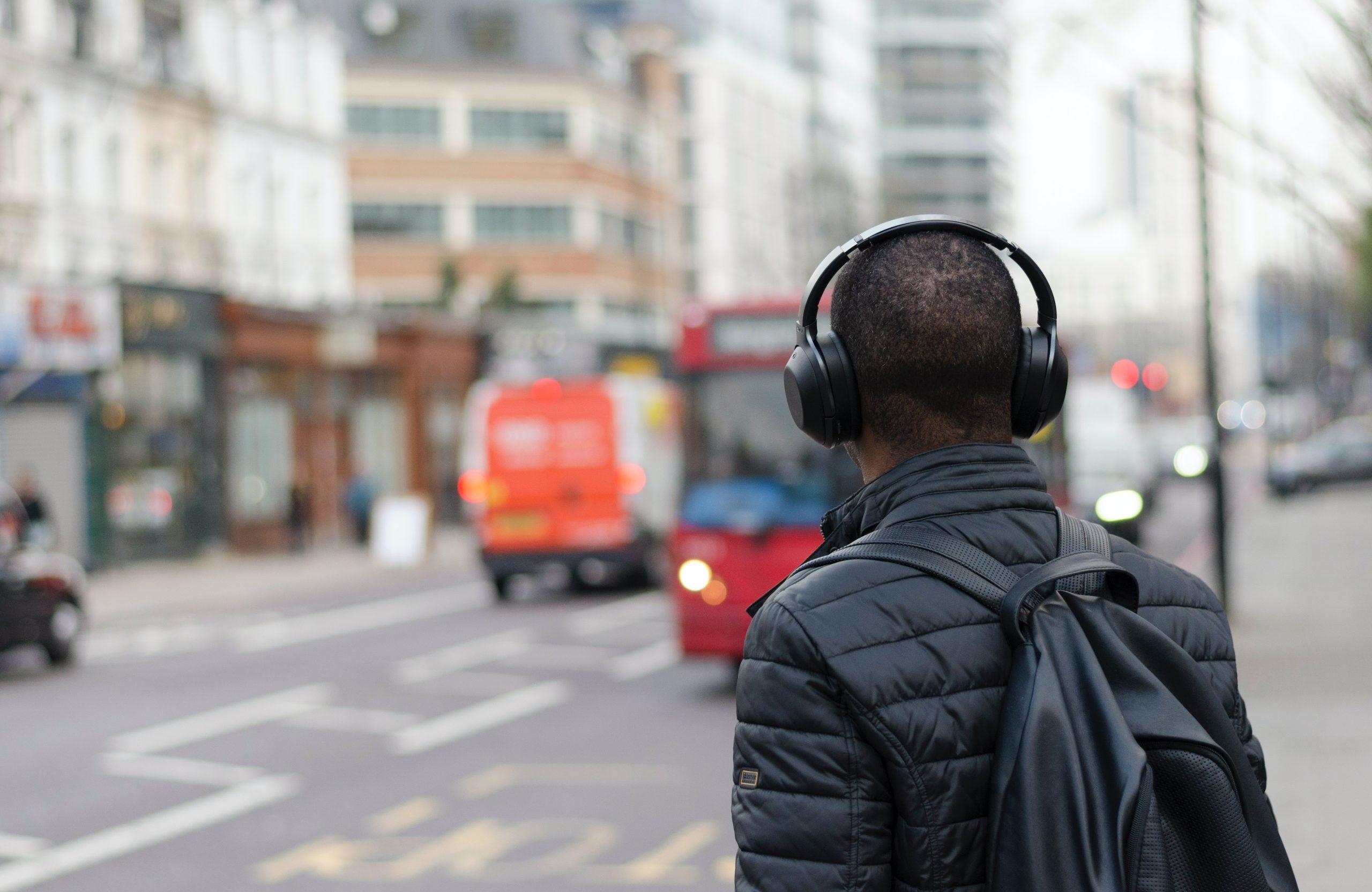 Imagem de homem com fone de ouvido Bluetooth de costas