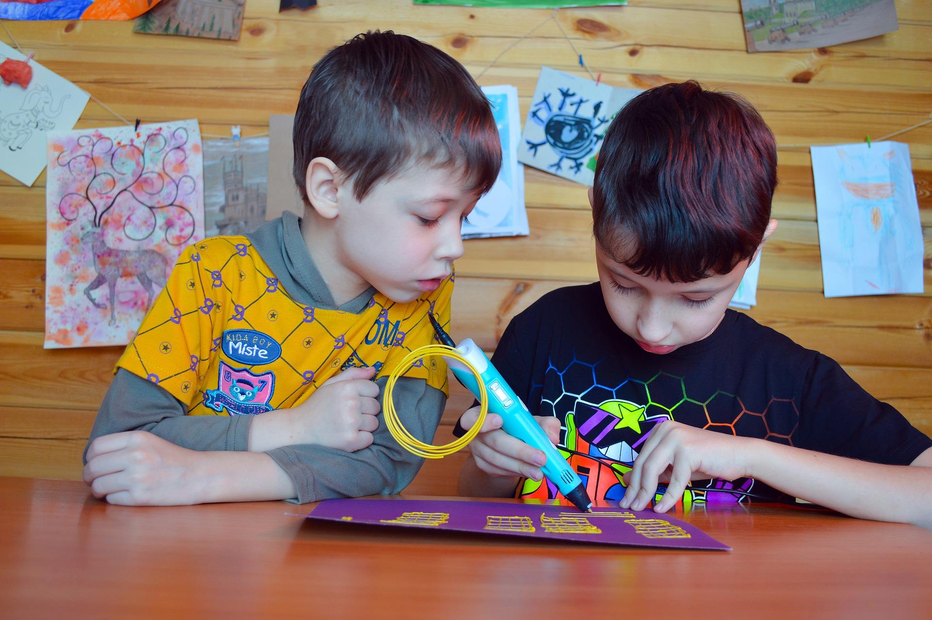Imagem mostra duas crianças brincando com uma caneta 3D.