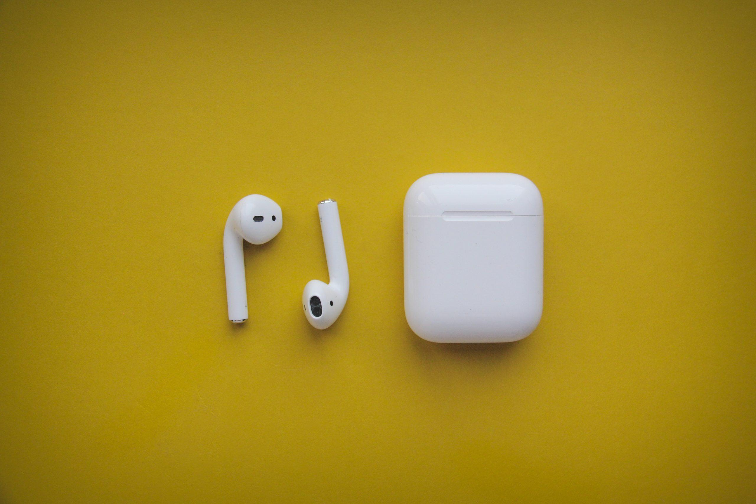 Imagem de um par de fone de ouvidos bluetooth branco