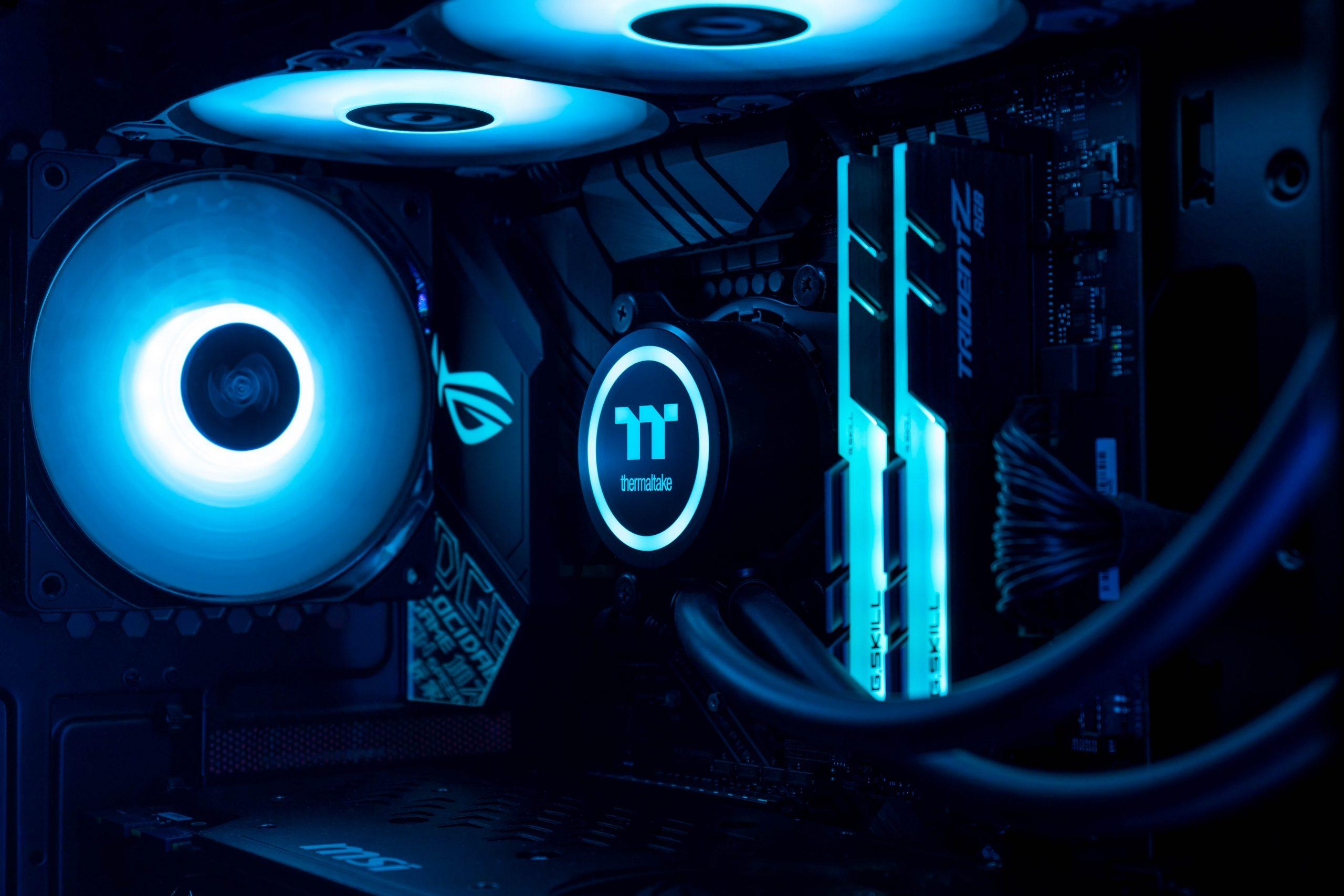 Imagem mostra um gabinete gamer iluminado em destaque.
