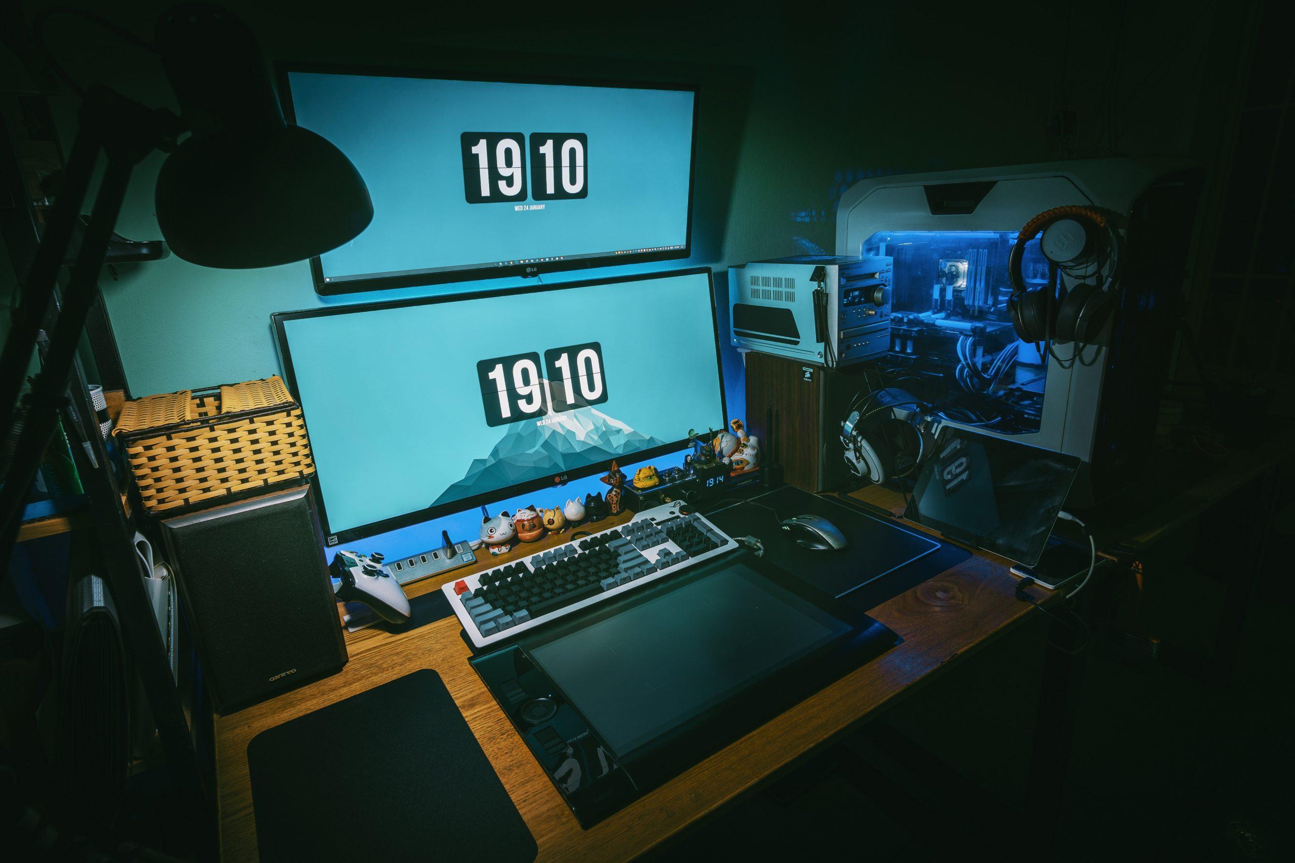 Imagem mostra um PC gamer completo com um gabinete moderno e futurista.