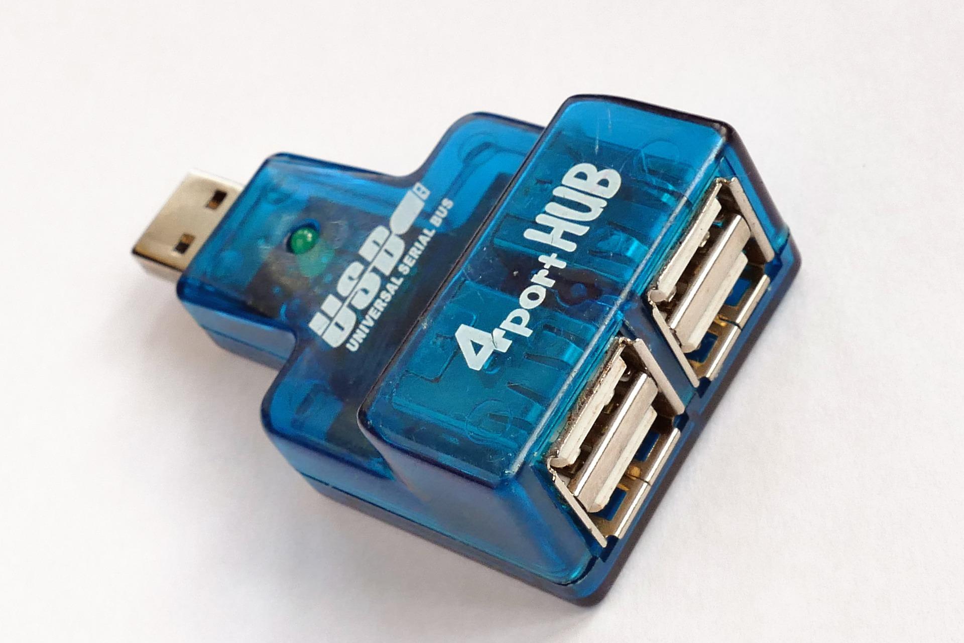 Imagem mostra um hub USB com quatro portas.
