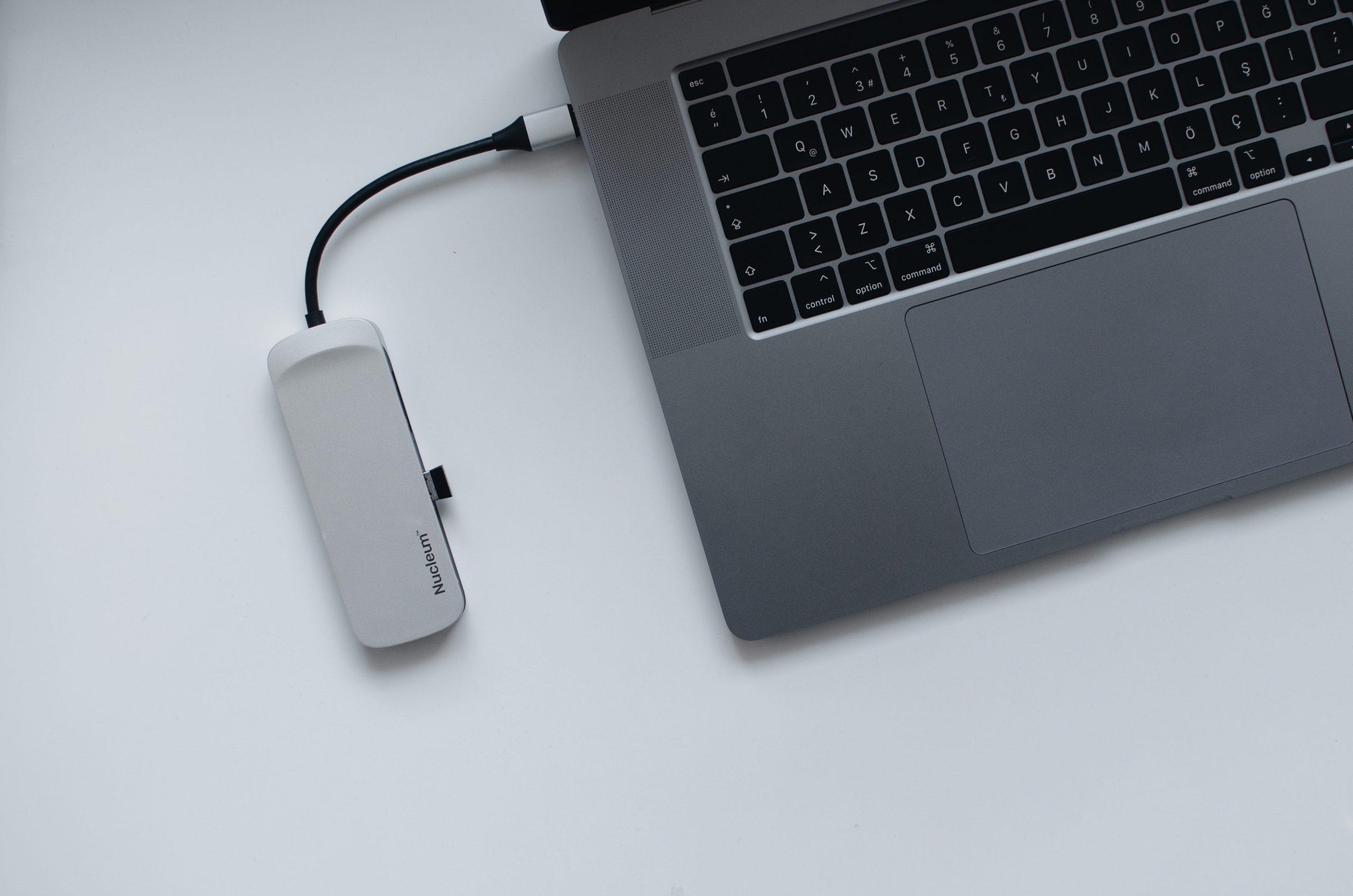Imagem mostra um hub USB conectado a um notebook.