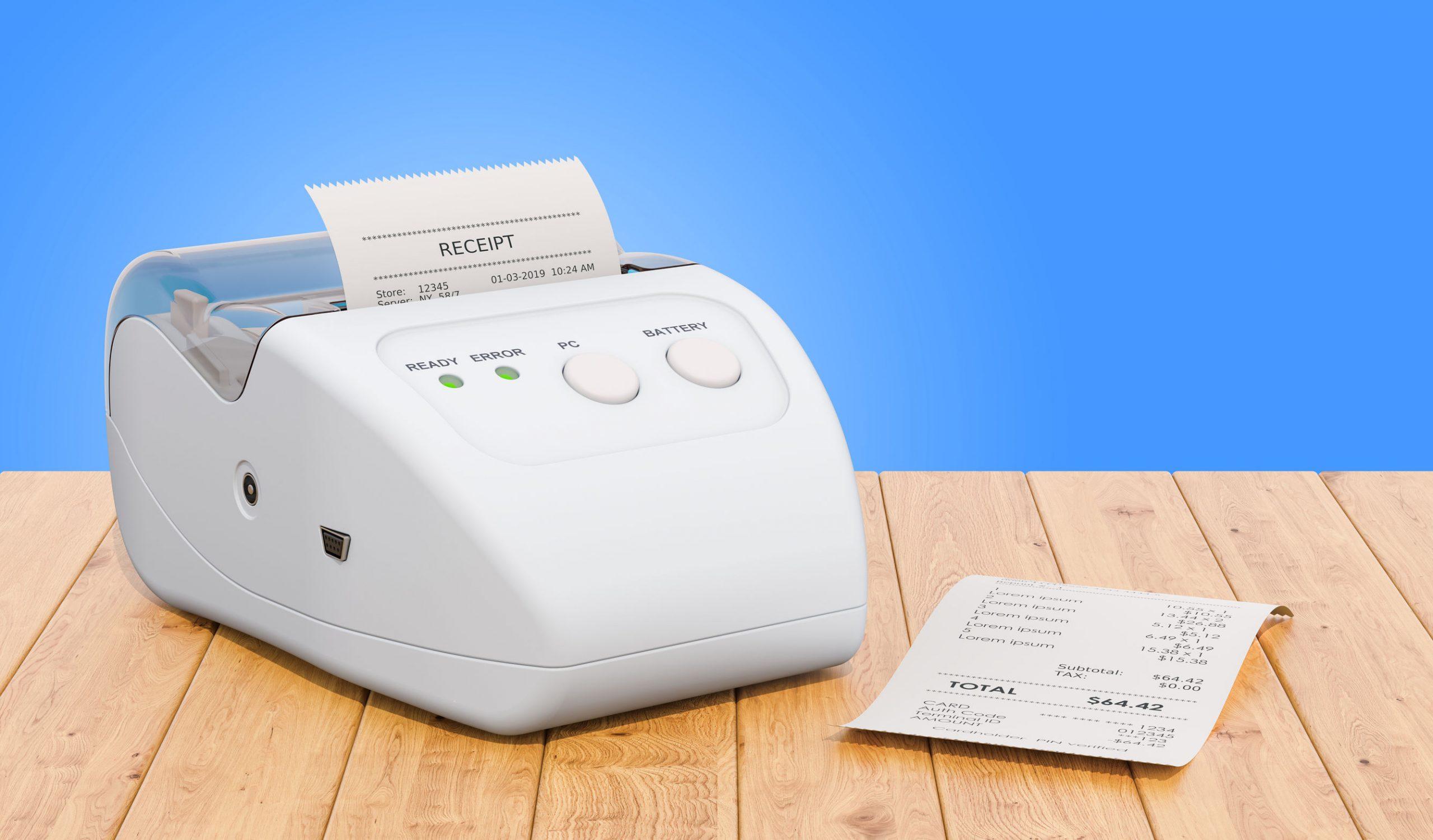 Imagem mostra uma impressora térmica junto a vários papéis com códigos de barras impressos.
