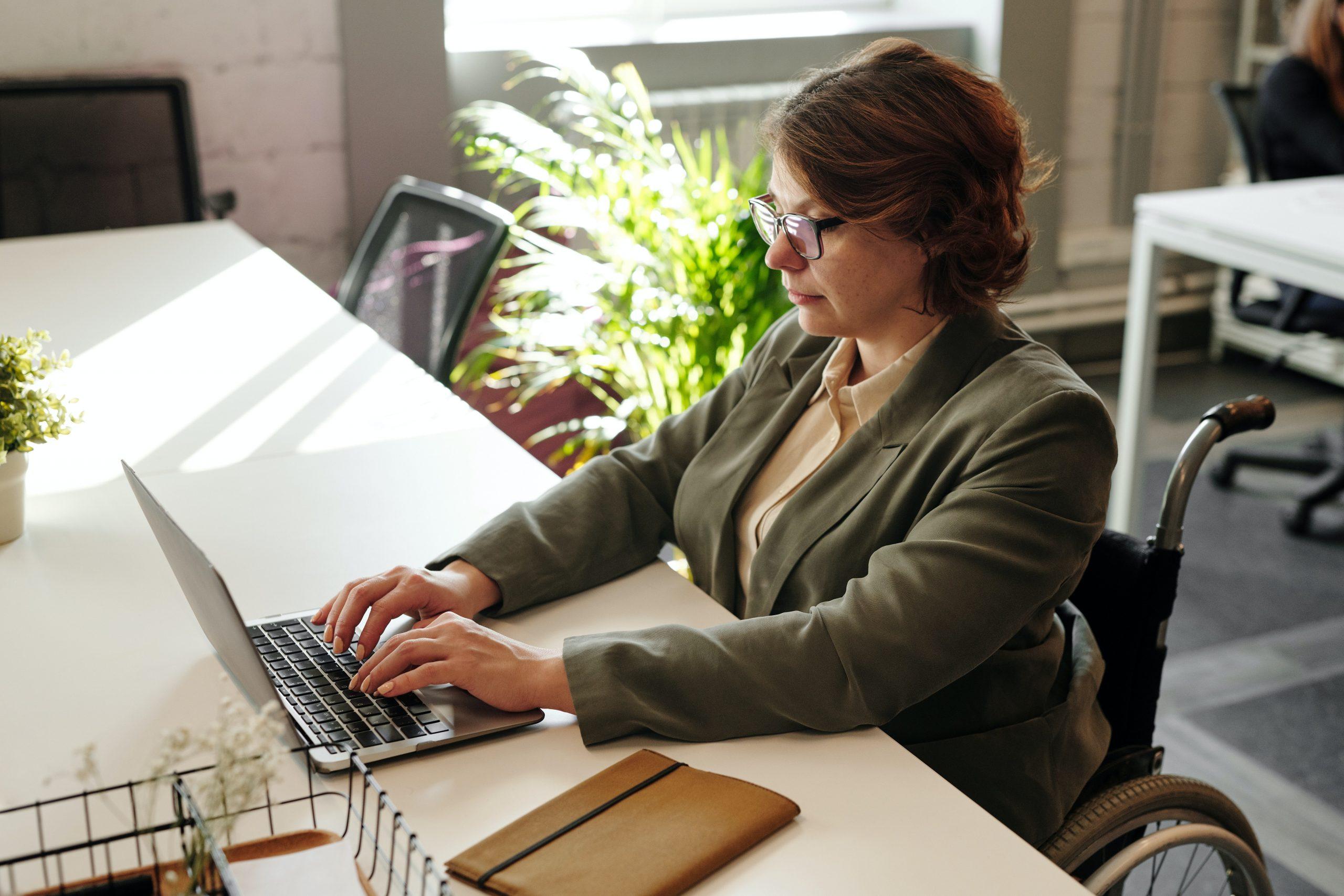 Imagem mostra uma mulher digitando em um notebook.