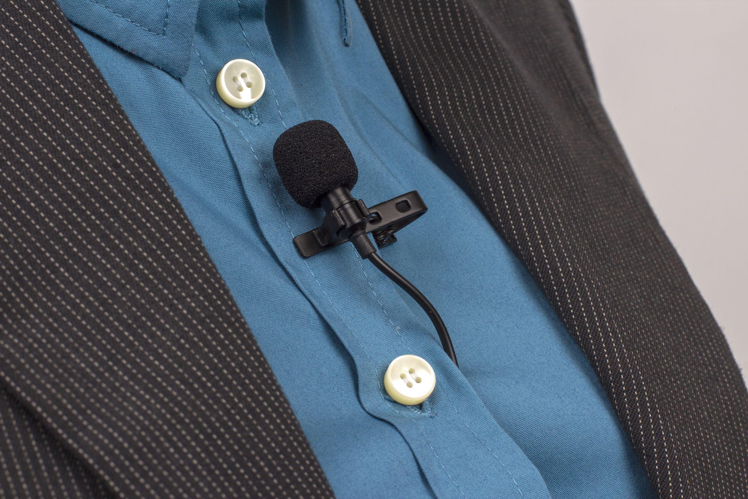 Imagem mostra um microfone lapela preso em uma camisa.