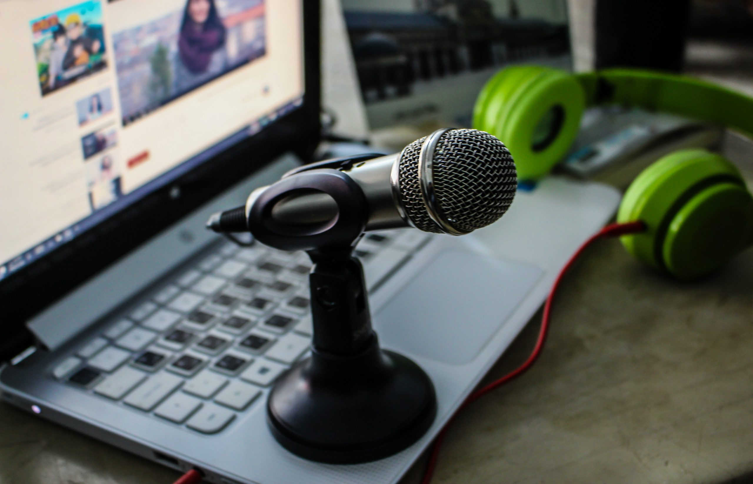 Imagem mostra um microfone portátil colocado em um notebook.