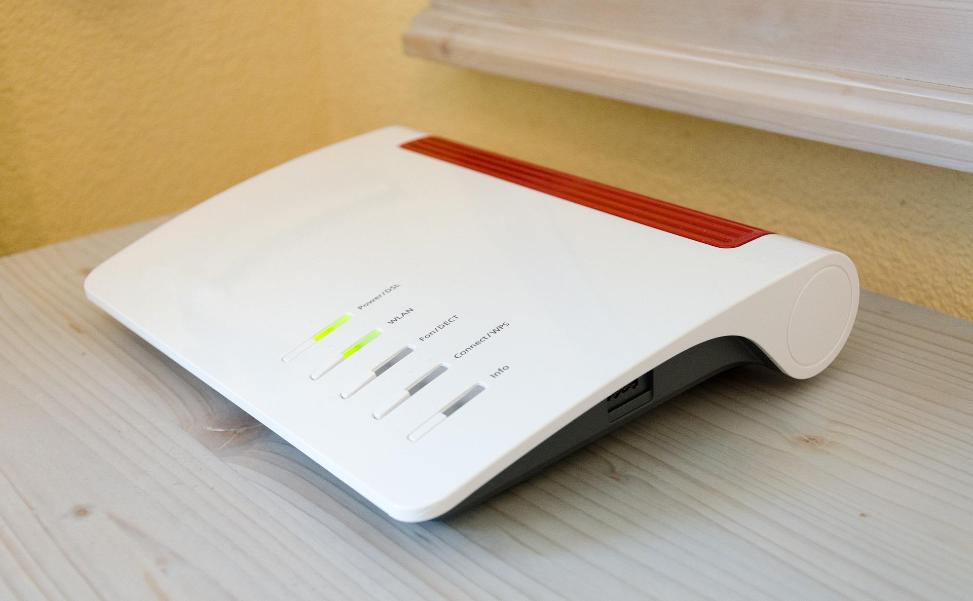 Imagem mostra um roteador sobre uma mesa.