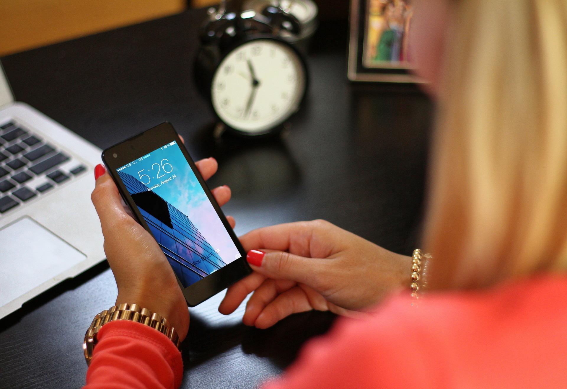 Imagem mostra uma pessoa mexendo em um smartphone.