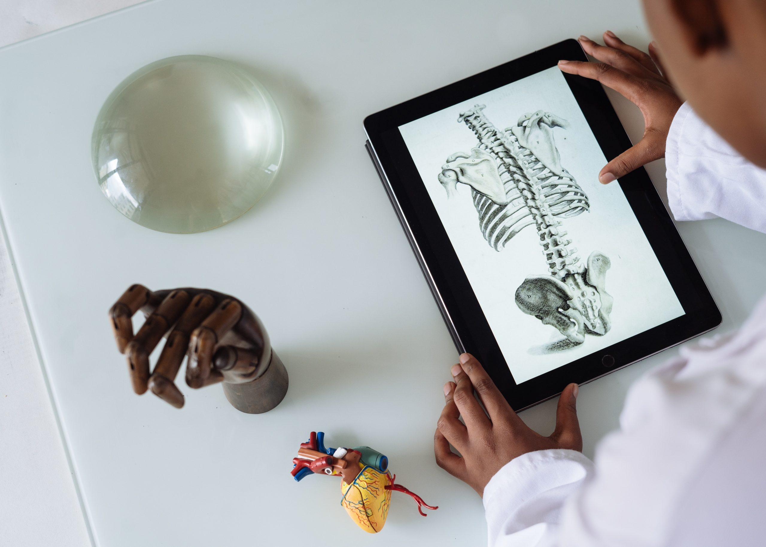médico usando o tablet para trabalho em uma avaliação