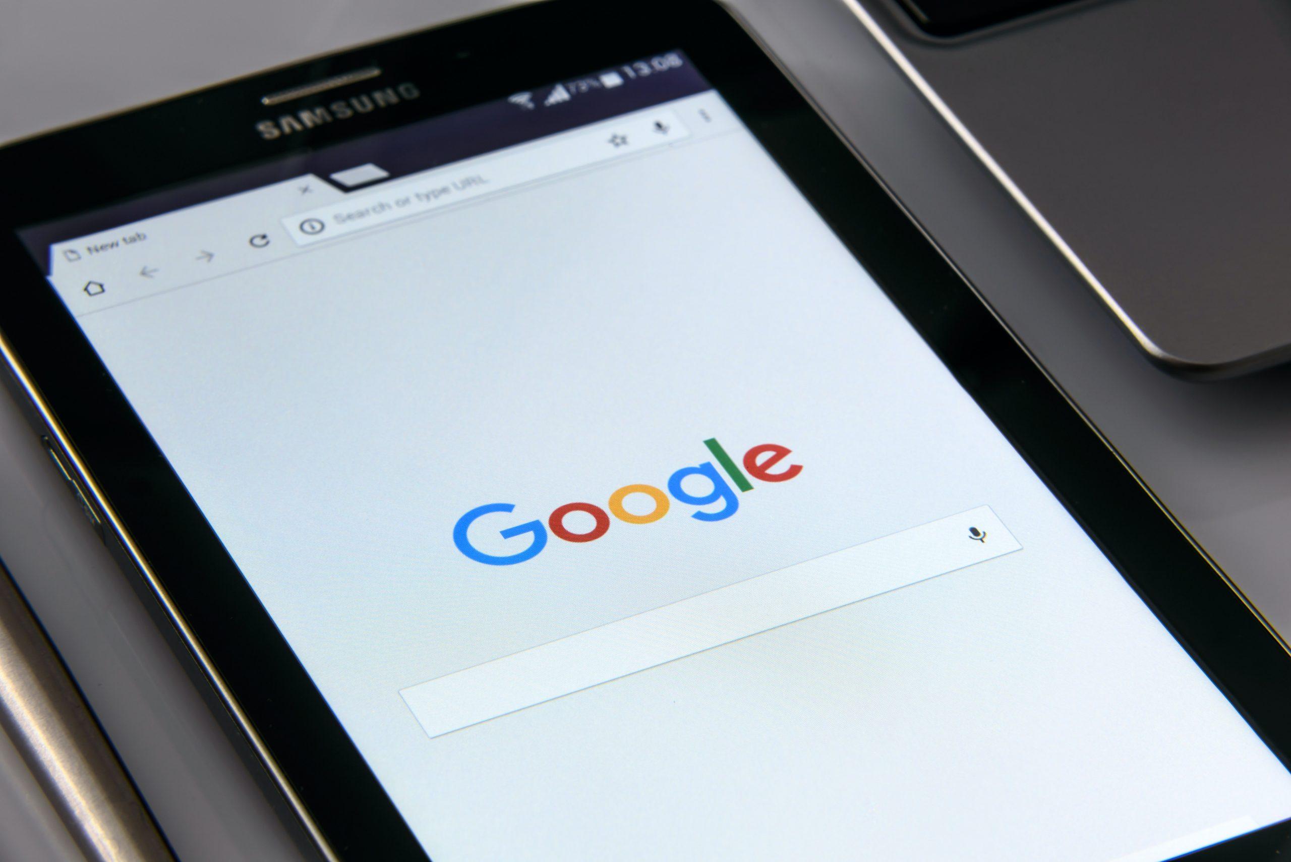 tablet para trabalho conectado à tela inicial do Google