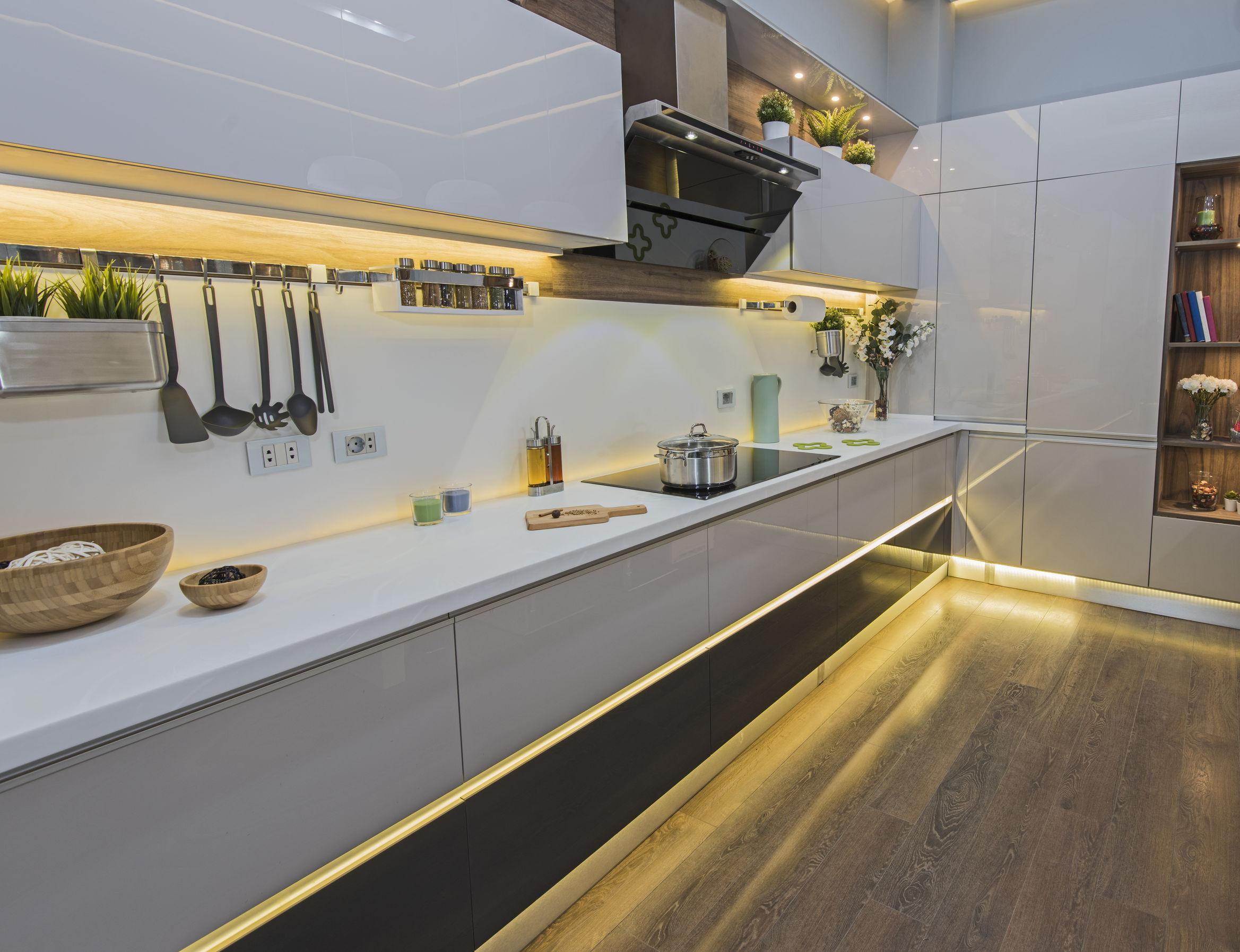 Imagem mostra uma cozinha decorada com fita de LED.