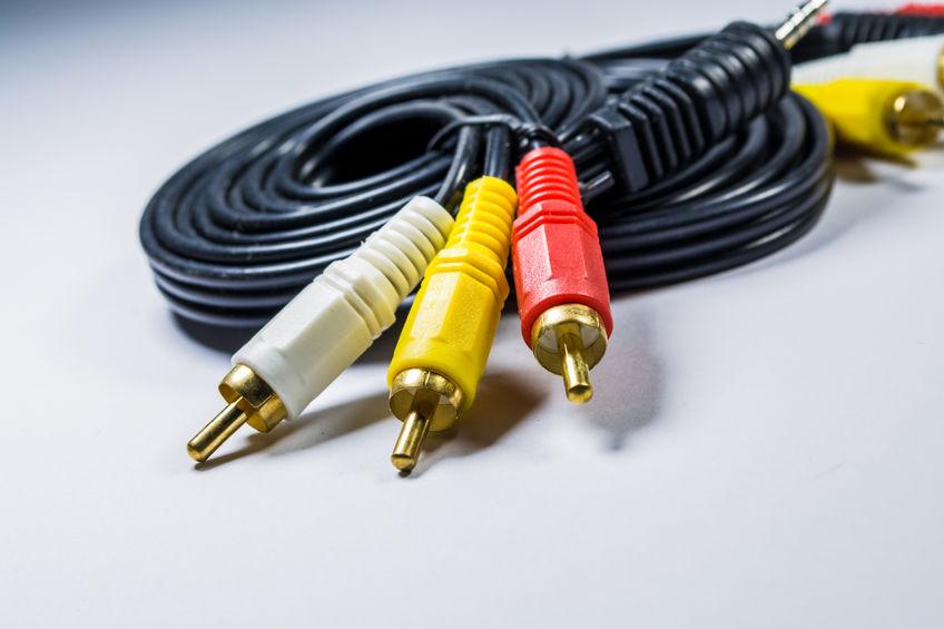 Imagem mostra um cabo RCA vídeo-componente em destaque.