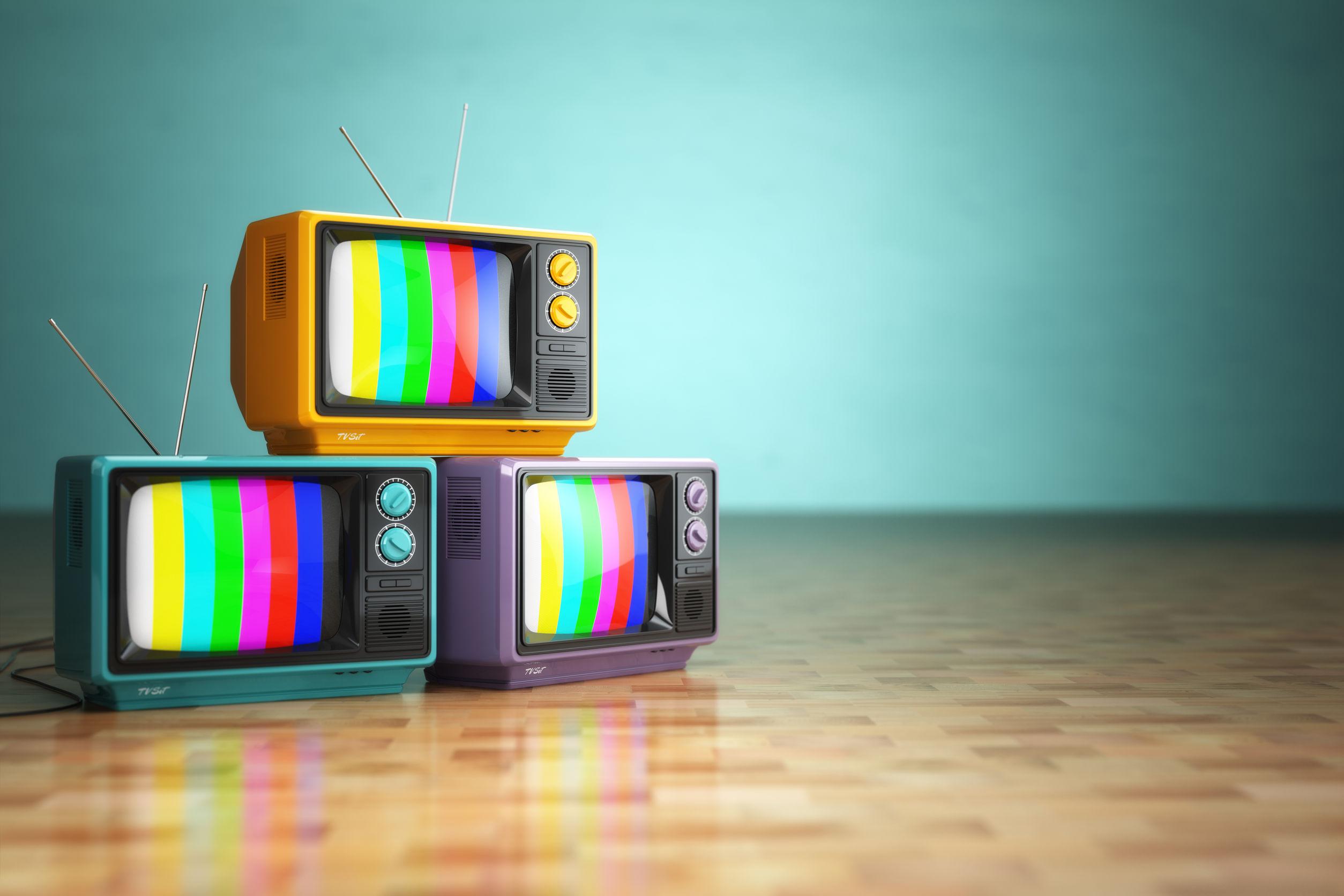 Três televisores antigos.