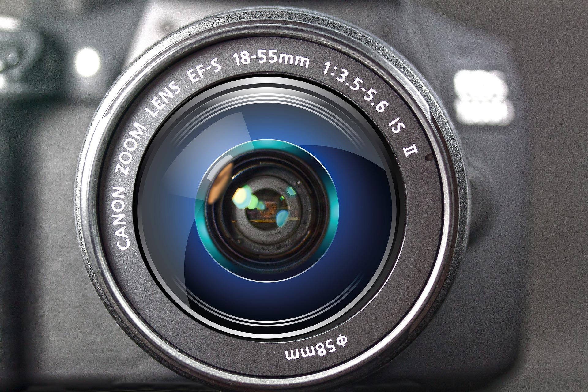 Imagem mostra uma lente Canon em destaque.