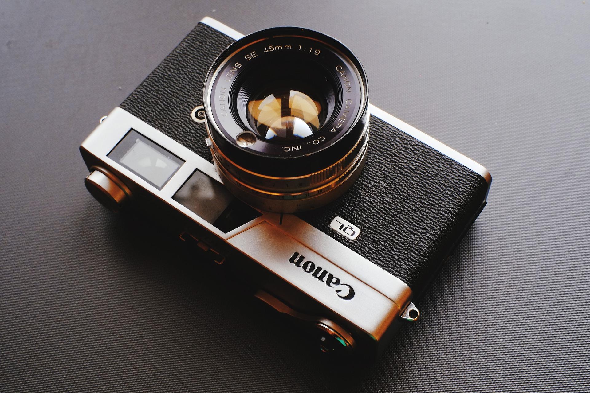 Imagem mostra uma câmera analógica Canon em destaque.