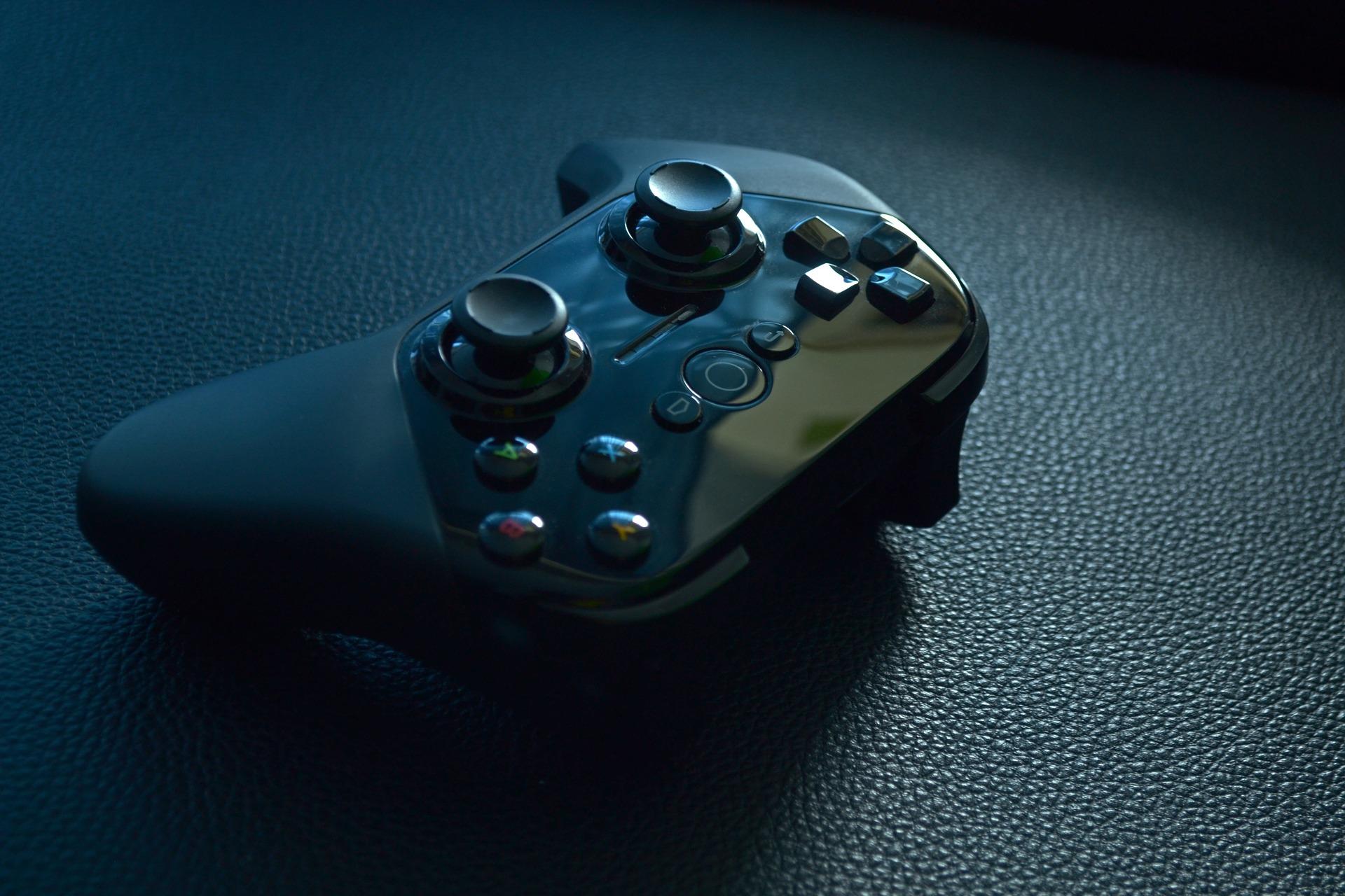 Imagem mostra um gamepad em destaque.