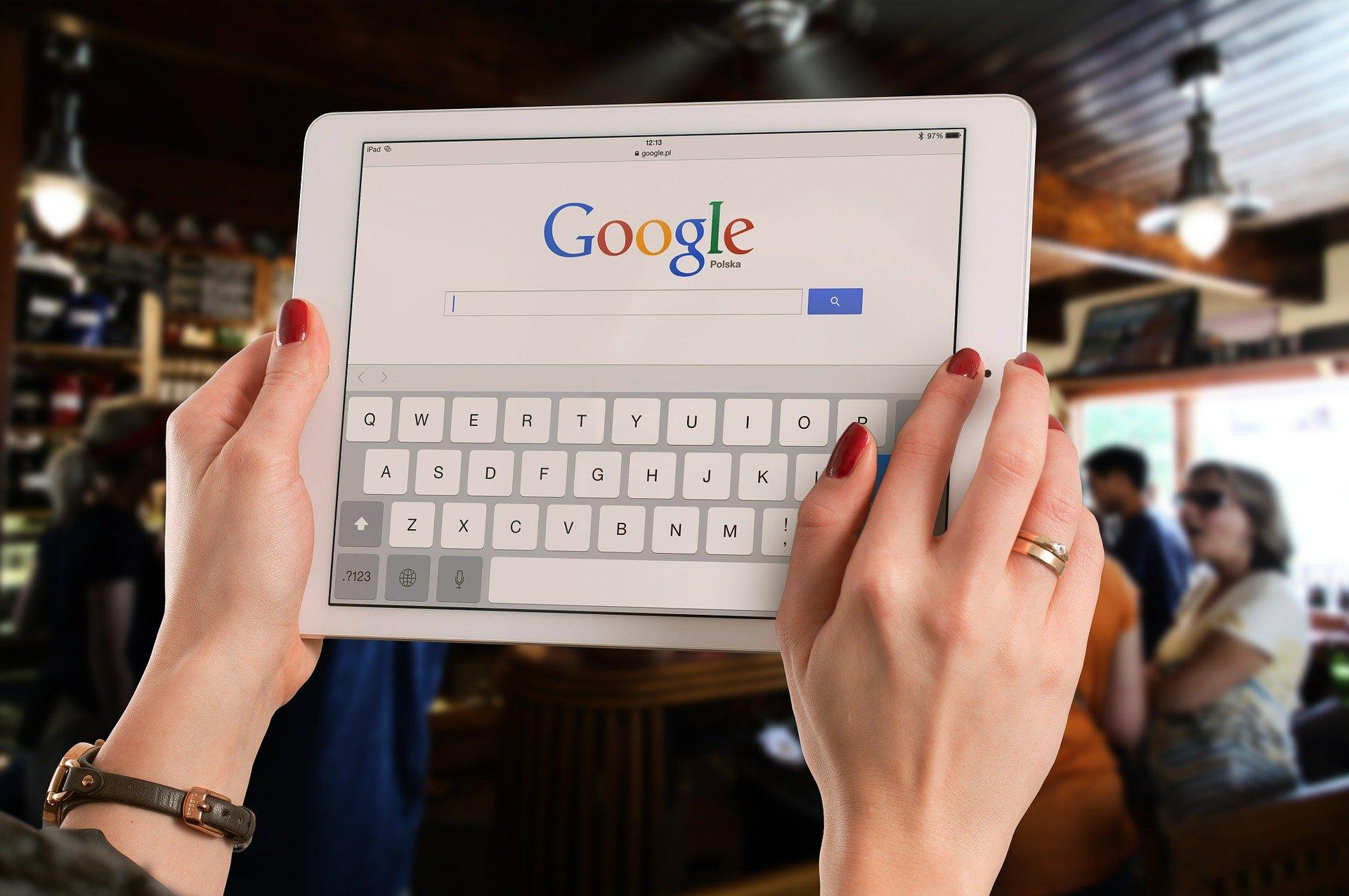 Imagem mostra uma pessoa usando o Google em um tablet.