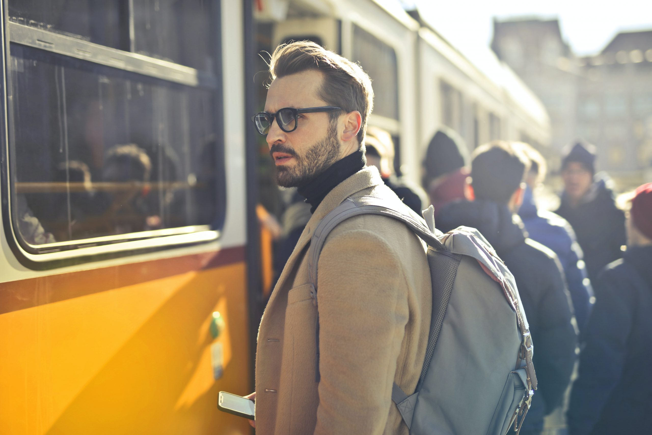 Imagem de um homem carregando uma mochila.