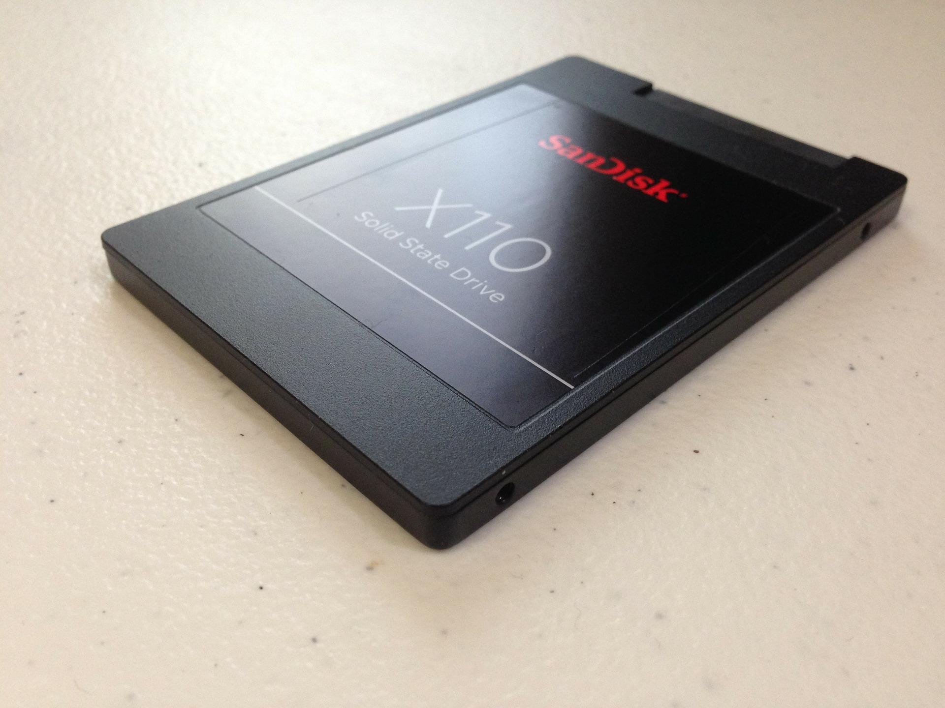 Imagem mostra um SSD em destaque.