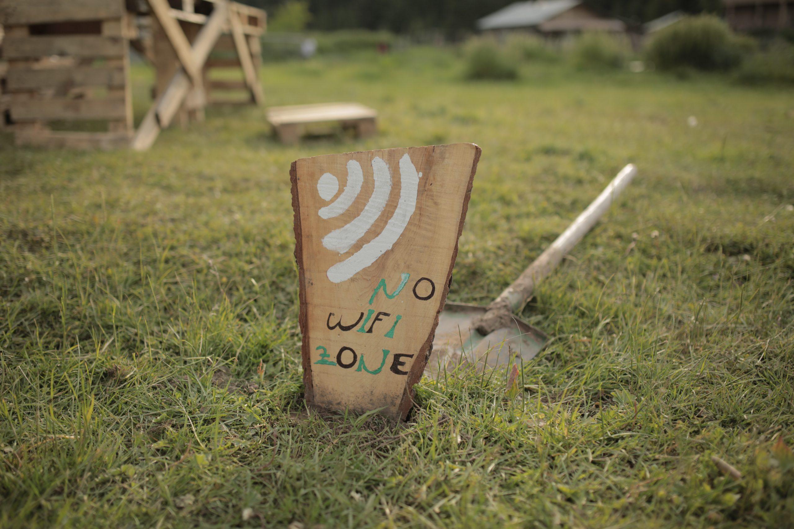 """Imagem mostra uma placa com os escritos """"no wifi zone""""."""
