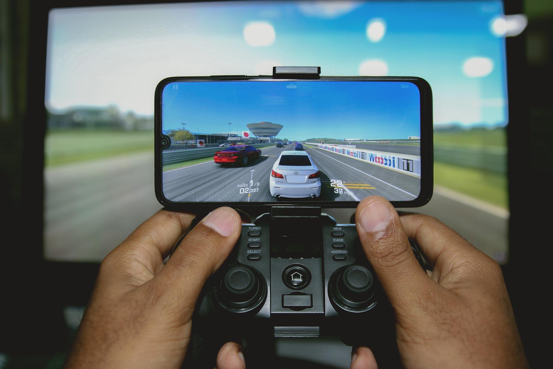 Imagem mostra uma pessoa usando um gamepad com um jogo para smartphone.
