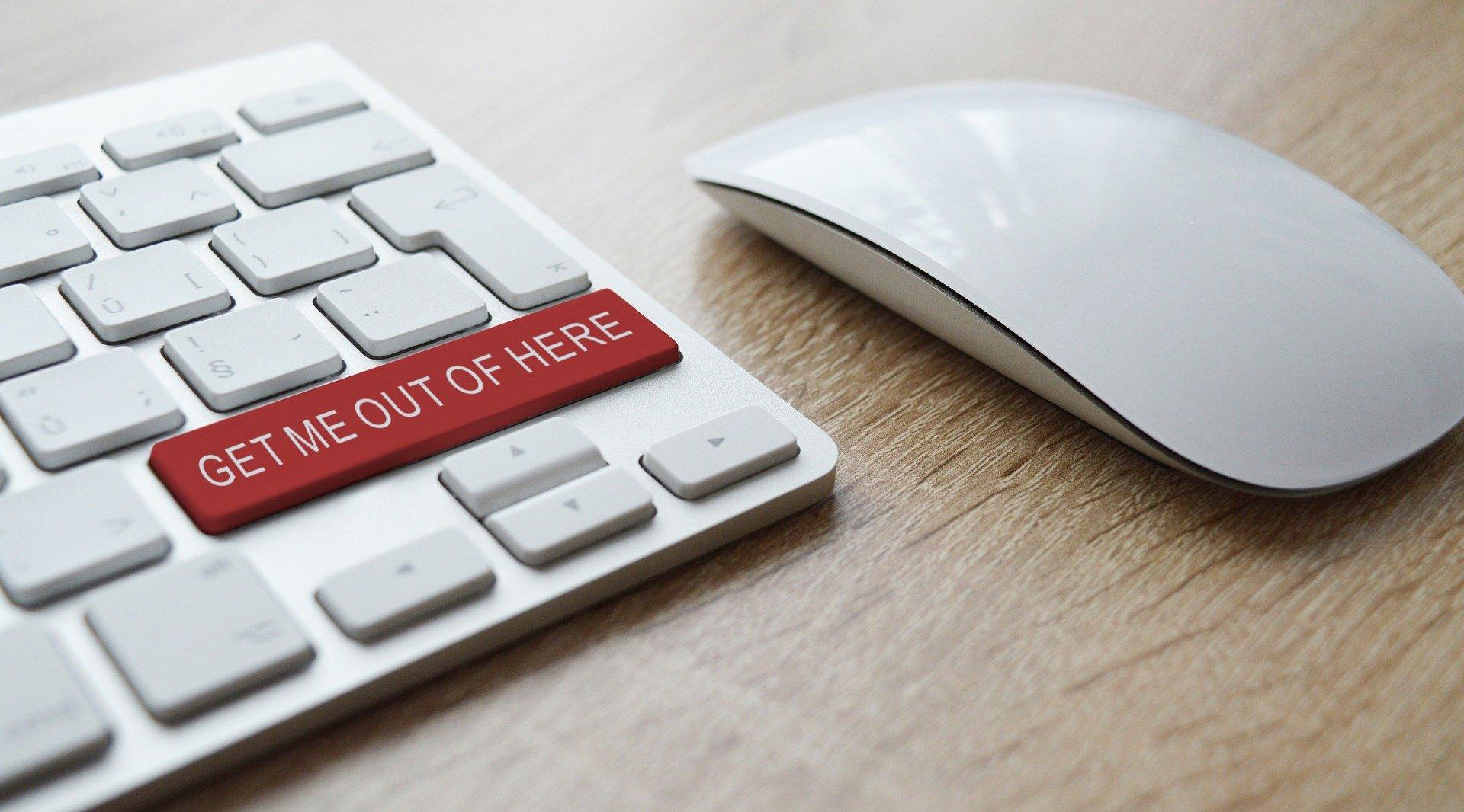 Imagem mostra um mouse ao lado de um teclado.
