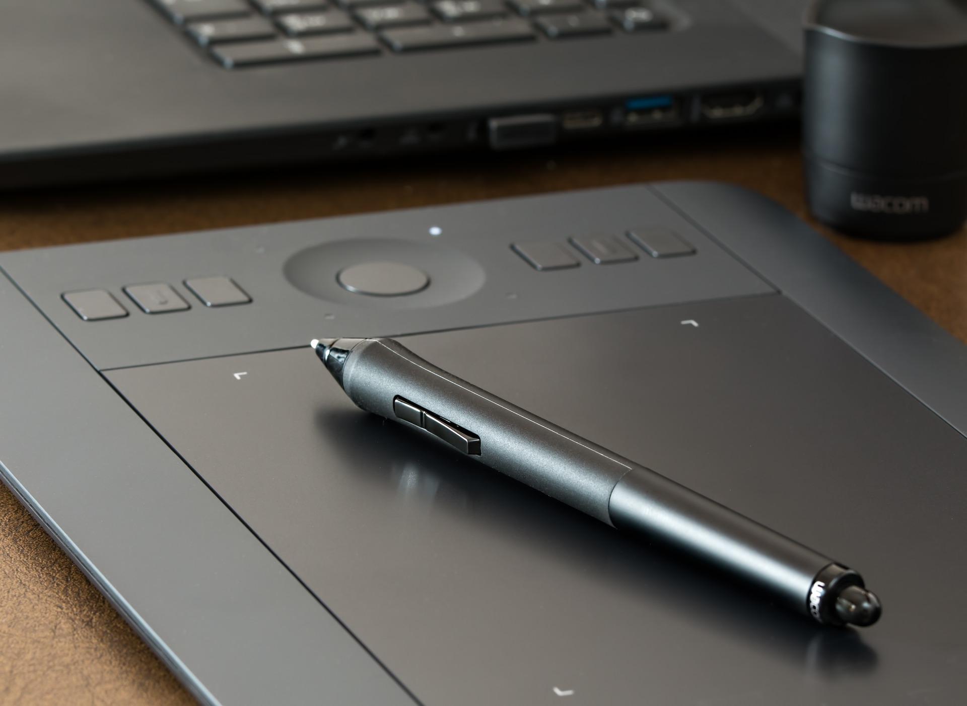 Imagem mostra um tablet gráfico e uma caneta.