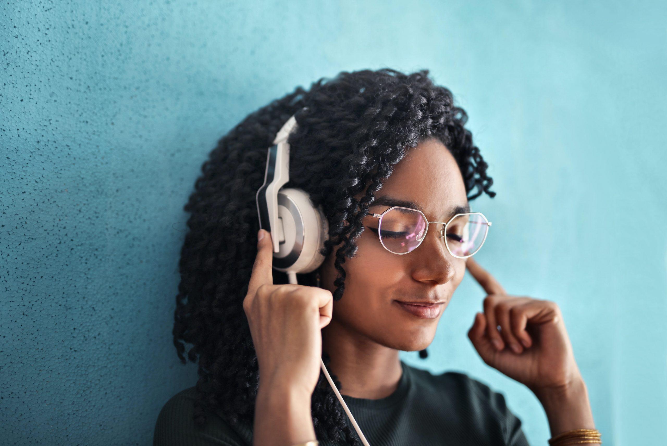 Imagem mostra uma mulher usando um headset.