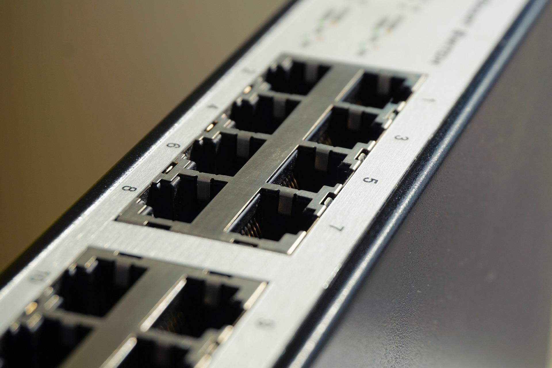 Imagem mostra um switch de rede em destaque.