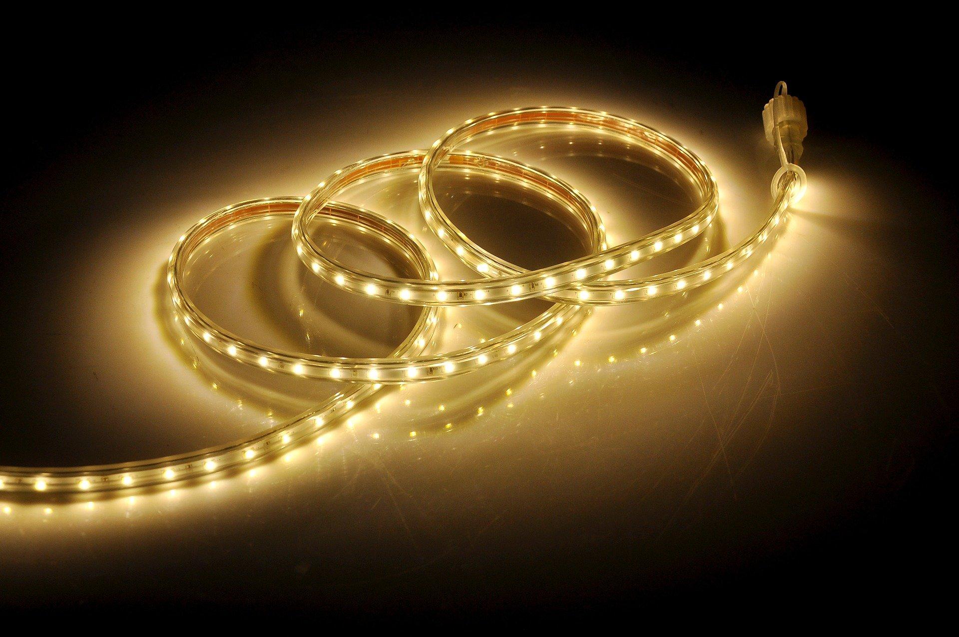 Imagem mostra uma fita de LED em destaque.