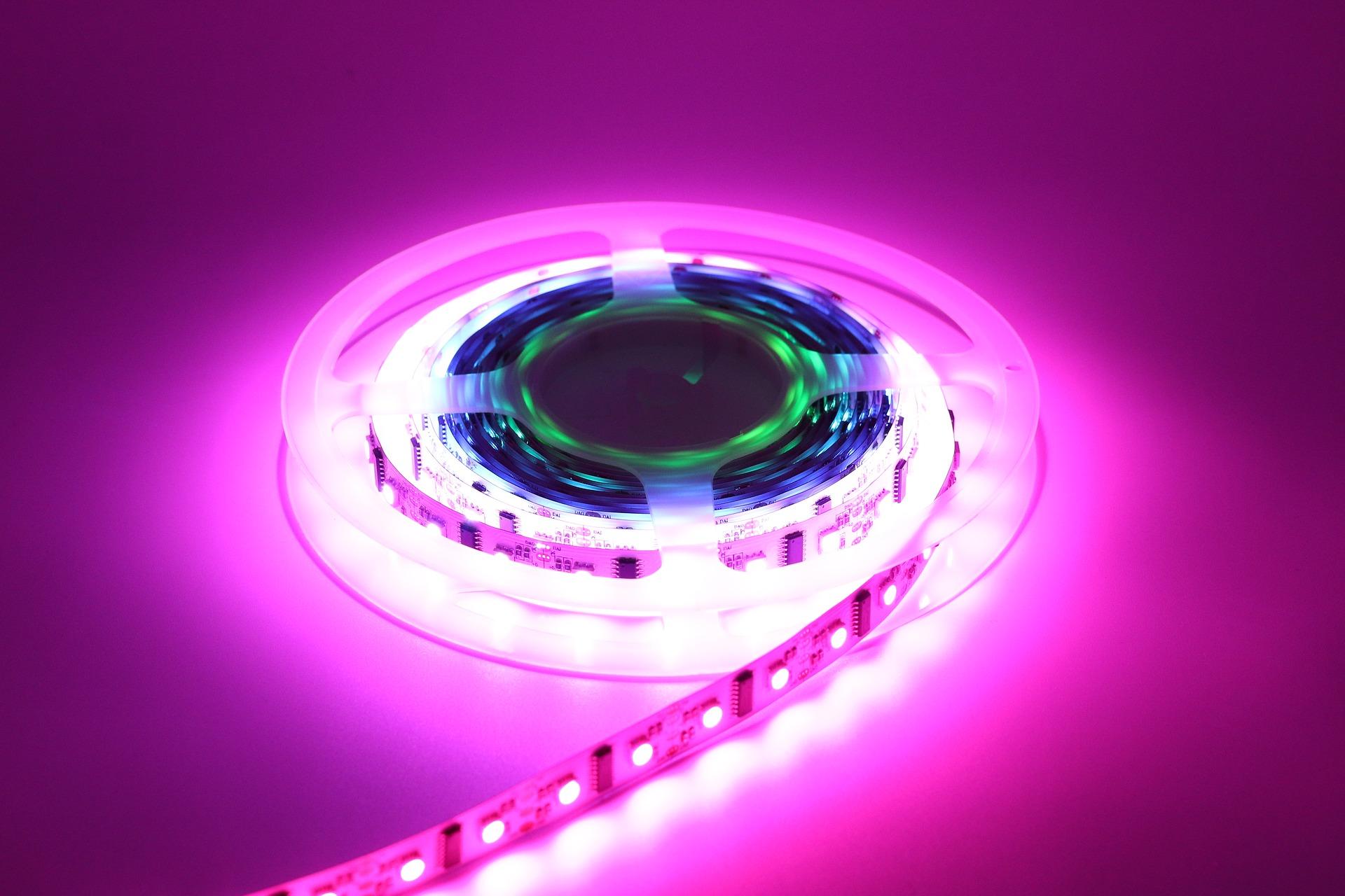 Imagem mostra uma fita de LED RGB em destaque.