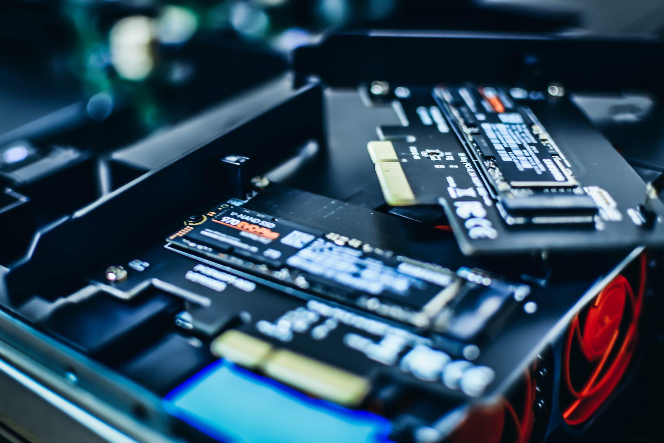Imagem mostra SSDs na parte interna de um computador.