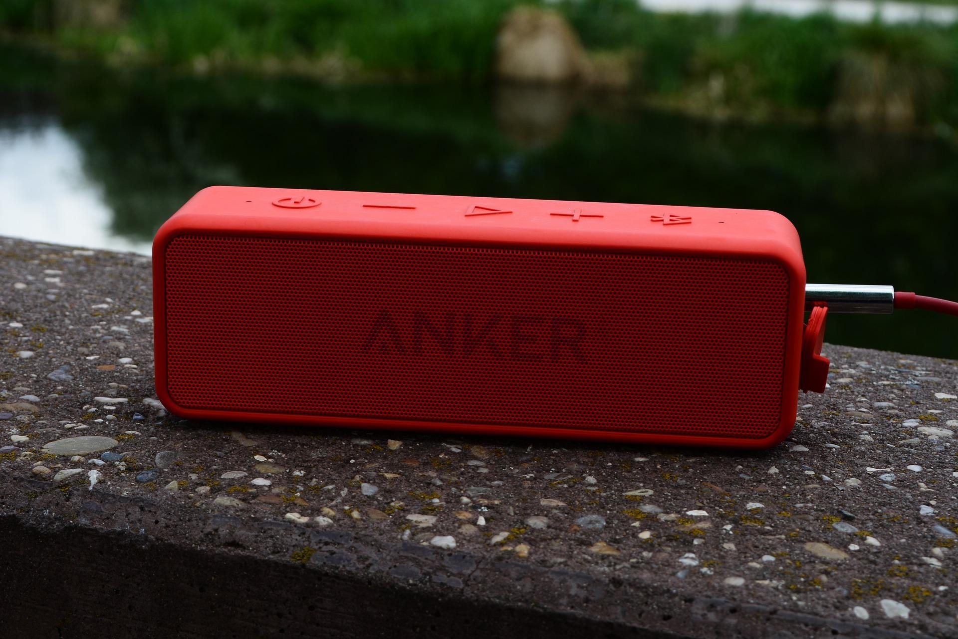 Imagem mostra uma caixa de som sobre uma mureta.
