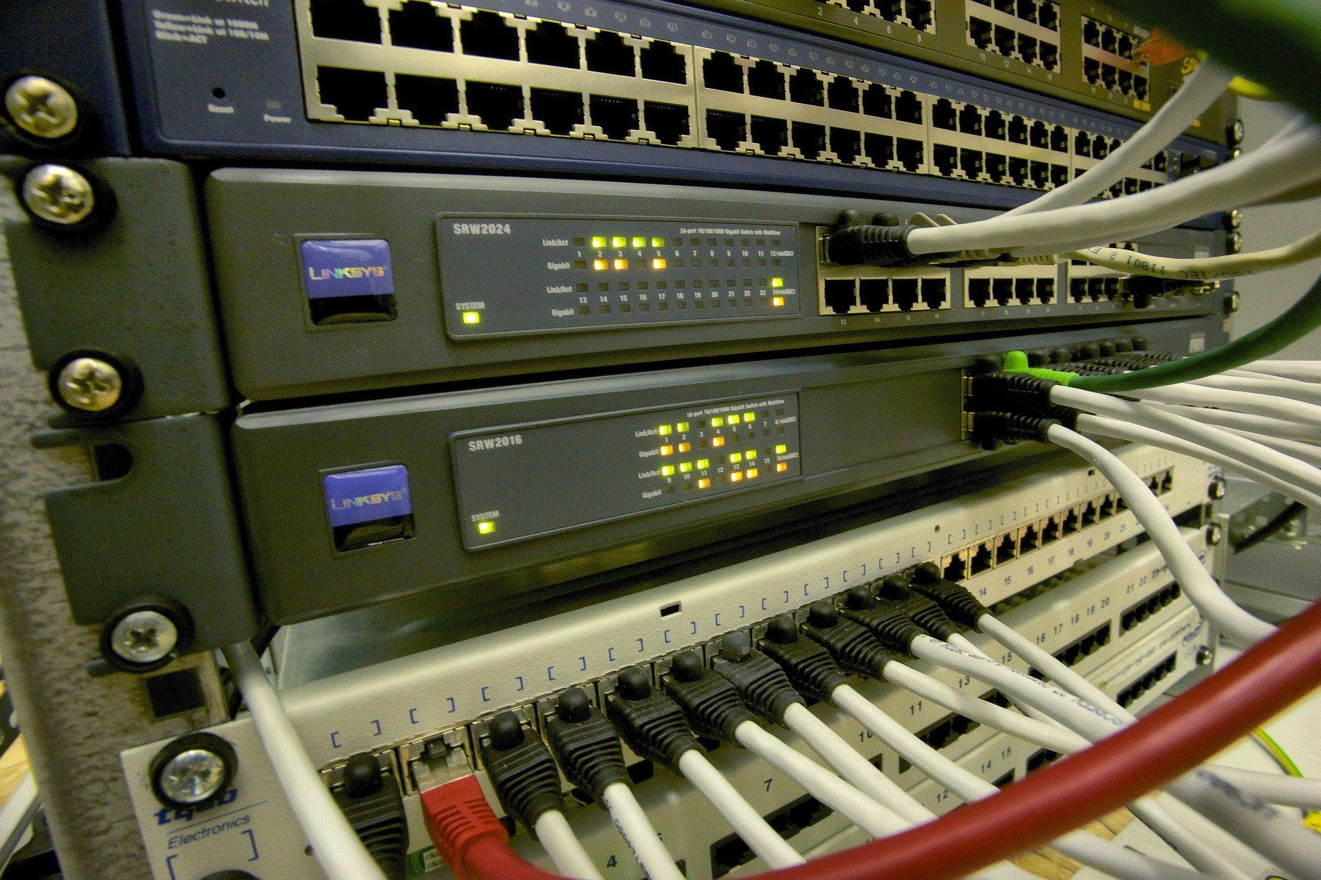 Imagem mostra um switch de rede com muitas portas em destaque.