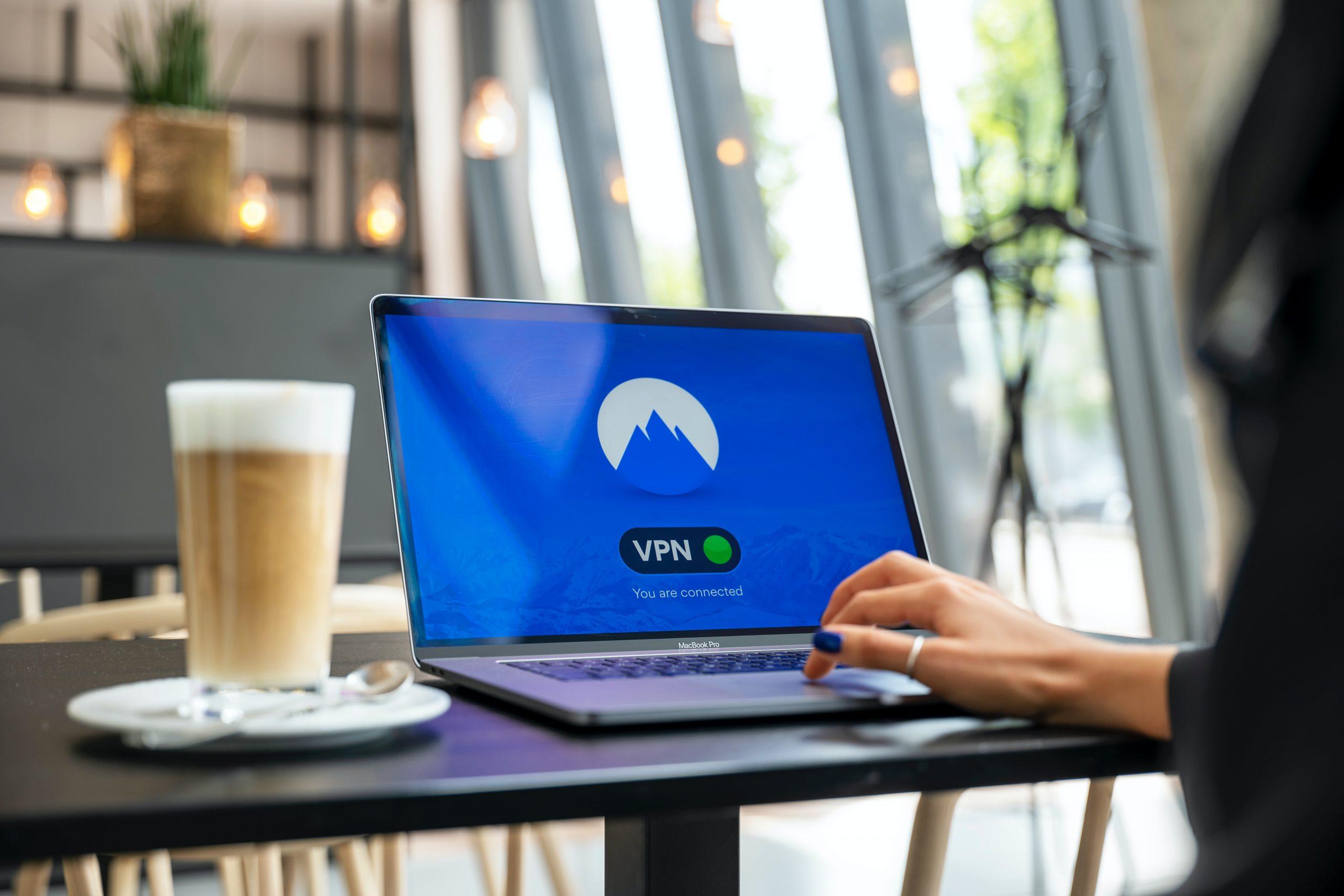 Imagem de uma mulher acessando internet em seu notebook.