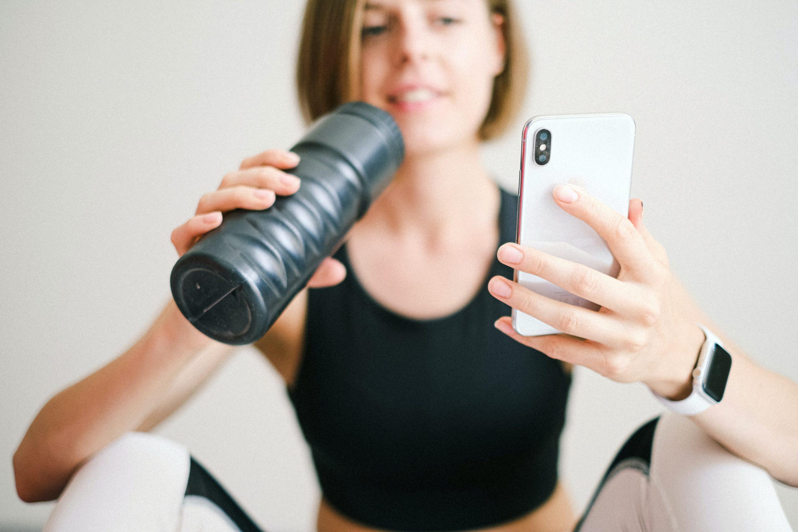 Imagem de uma mulher usando um smartwatch.