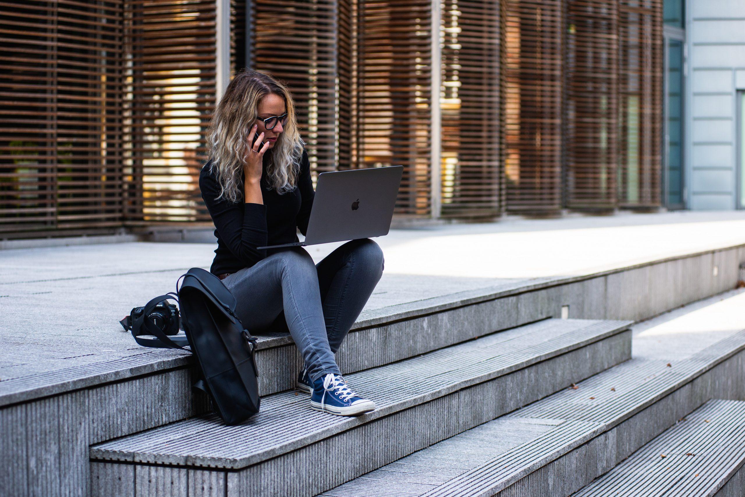 Imagem de uma mulher usando um notebook.