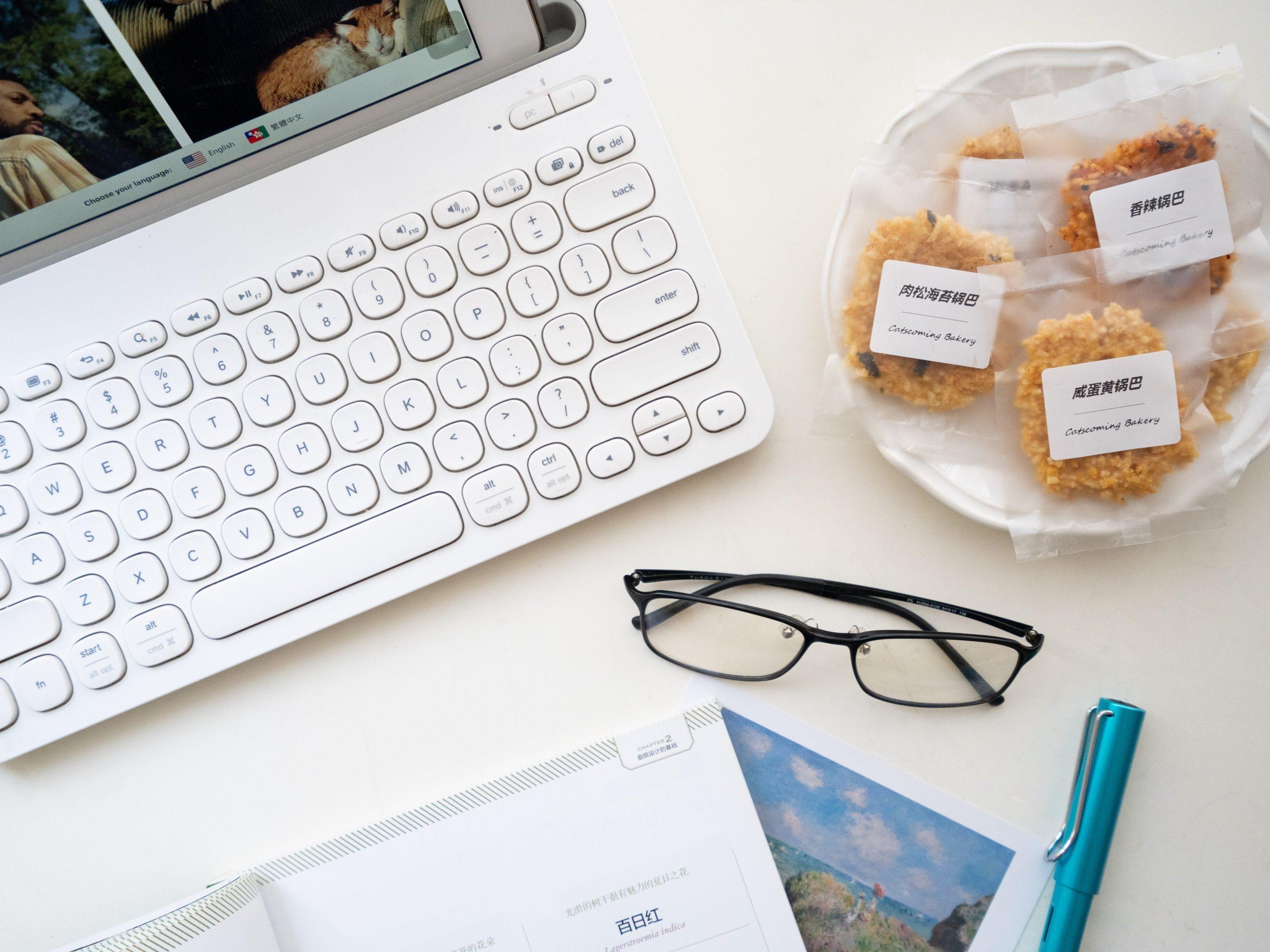 Imagem de alguns pacotes de biscoito etiquetados.