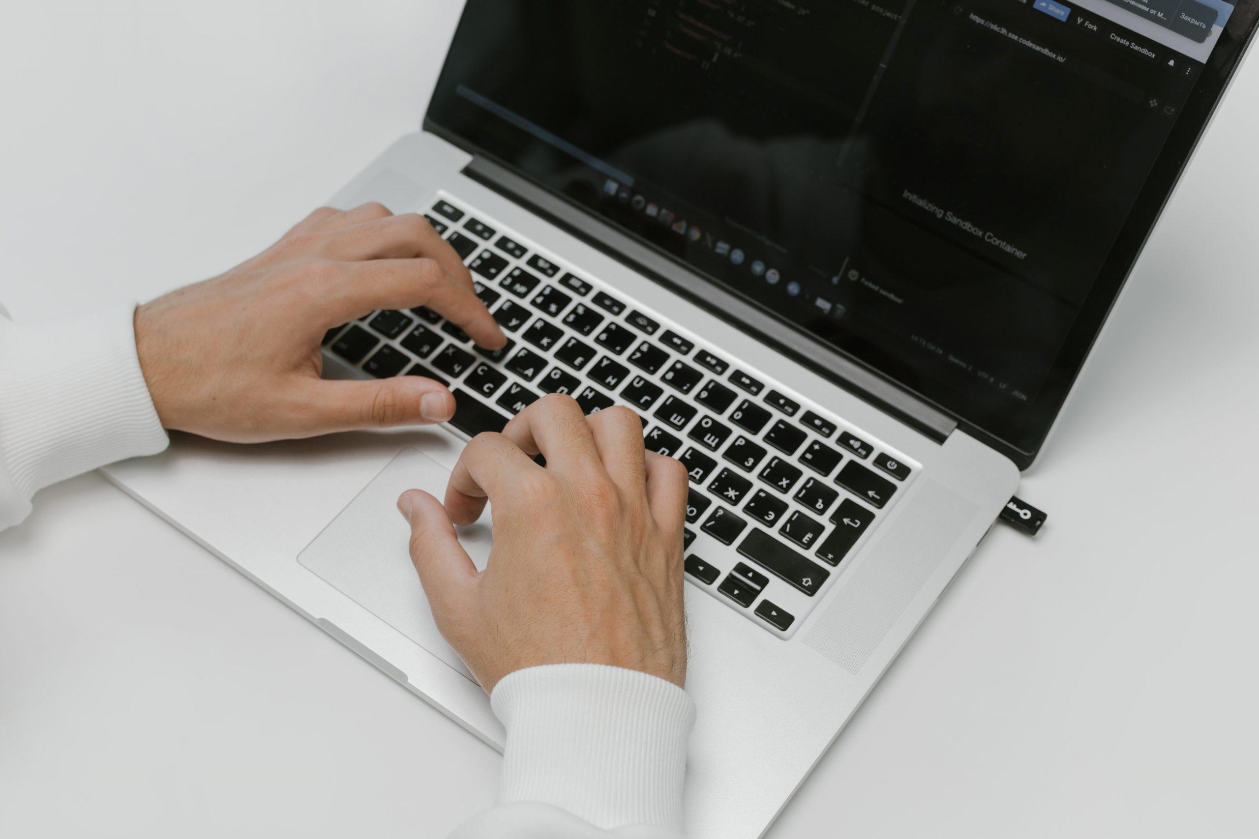 Imagem de uma pessoa usando um notebook.