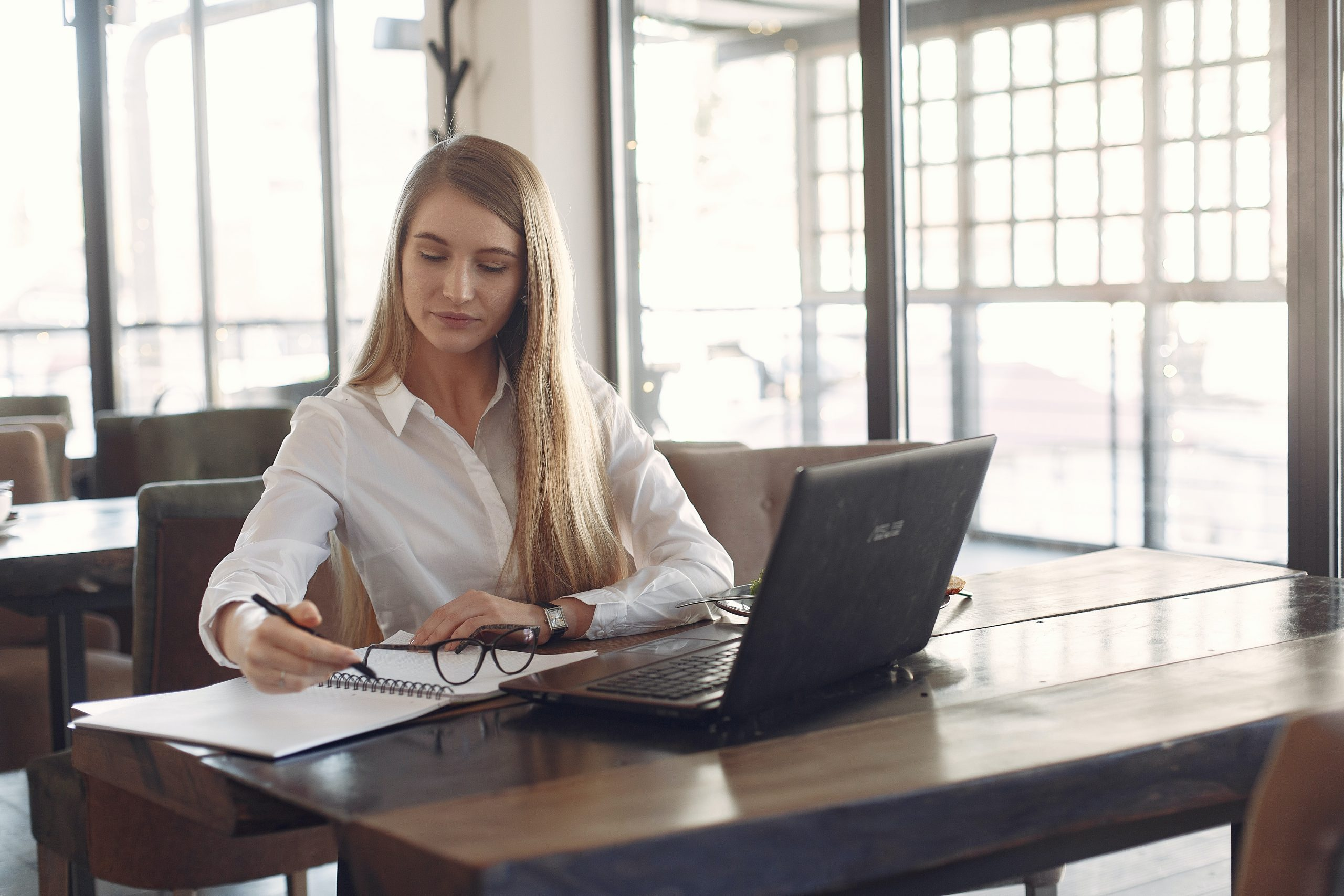 Imagem de uma mulher utilizando um computador.