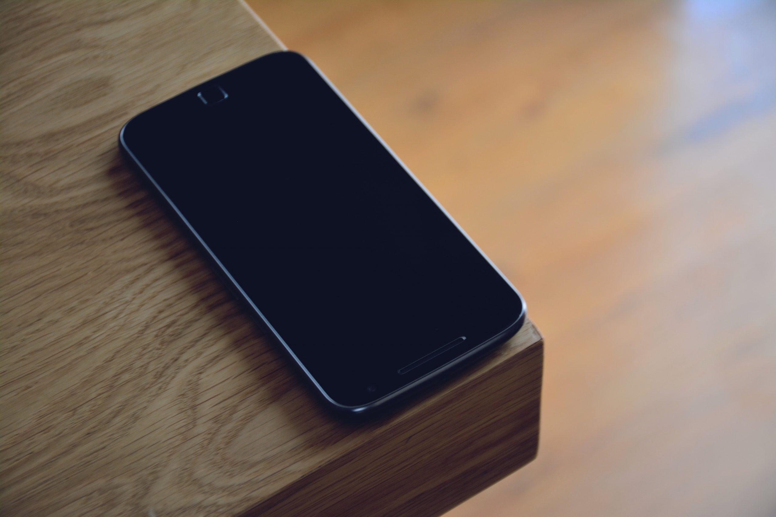 Imagem mostra um celular Motorola sobre uma mesa.
