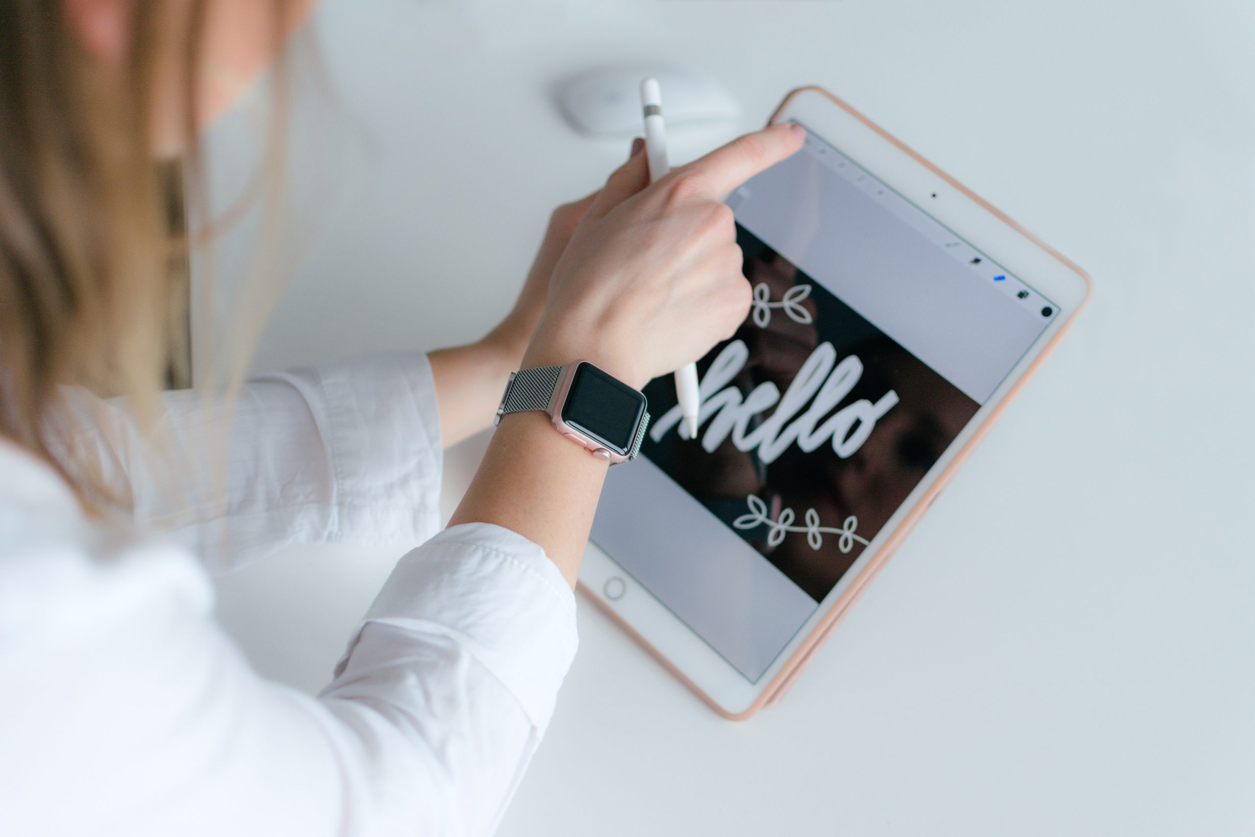 Imagem de uma mulher usando um smartwatch feminino.