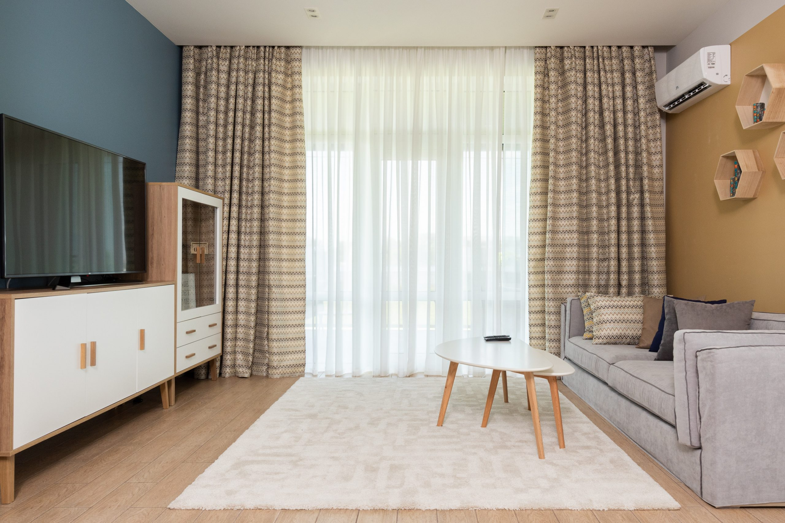 Imagem mostra uma grande sala com uma TV de 65 polegadas.