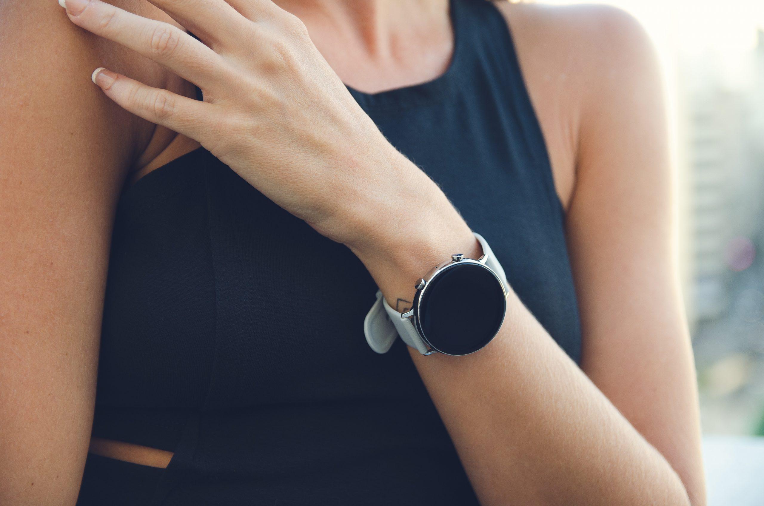 Imagem de um smartwatch feminino.