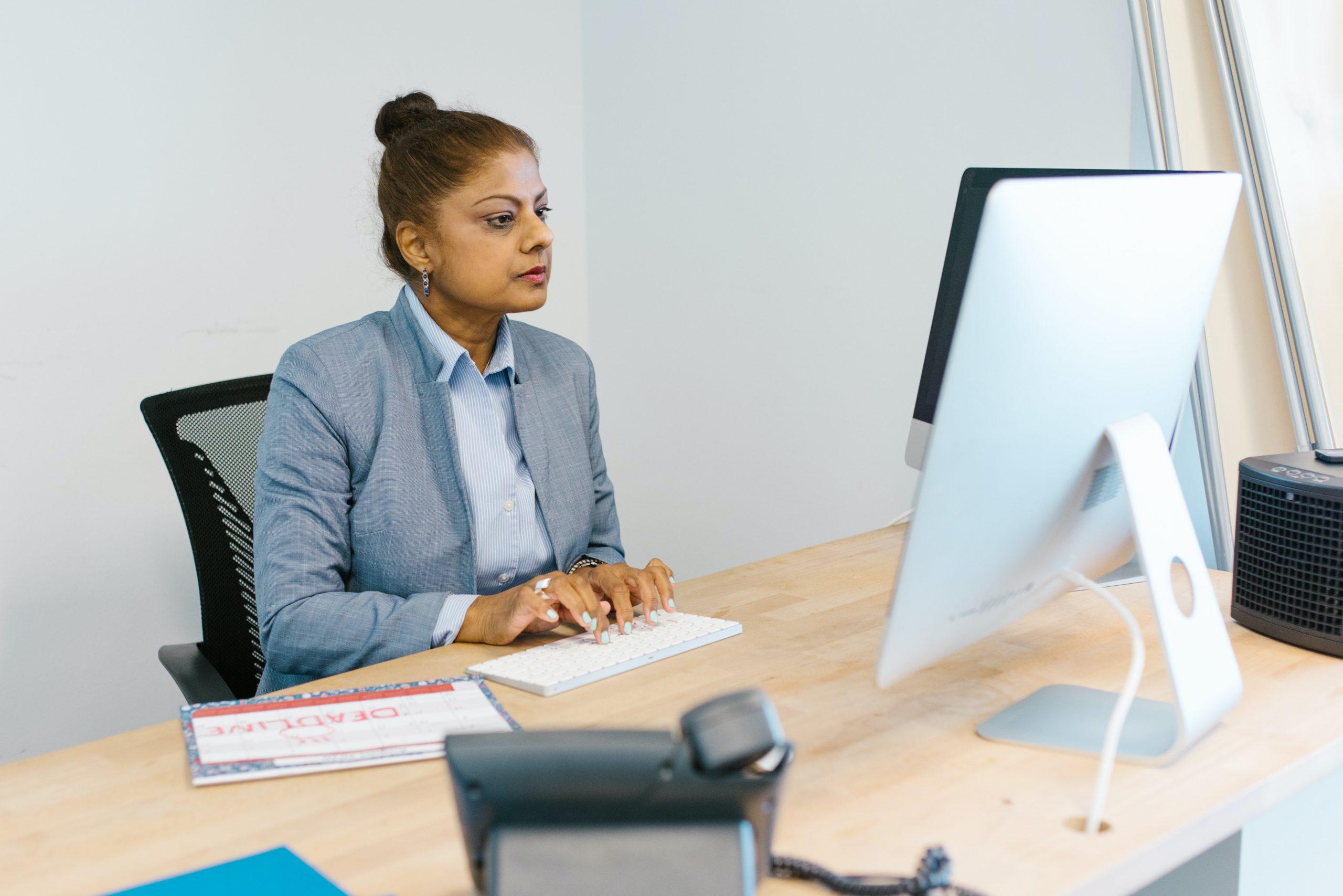 Imagem de uma mulher utilizando um mini teclado.