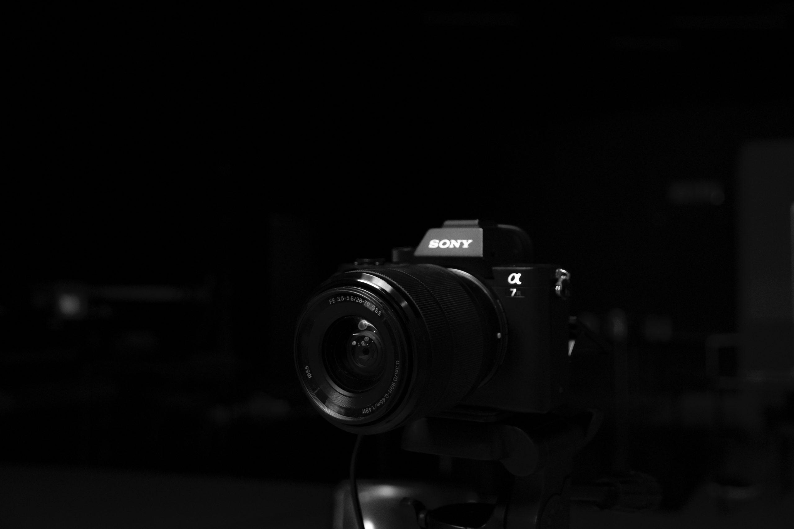 Imagem mostra uma câmera digital em destaque.